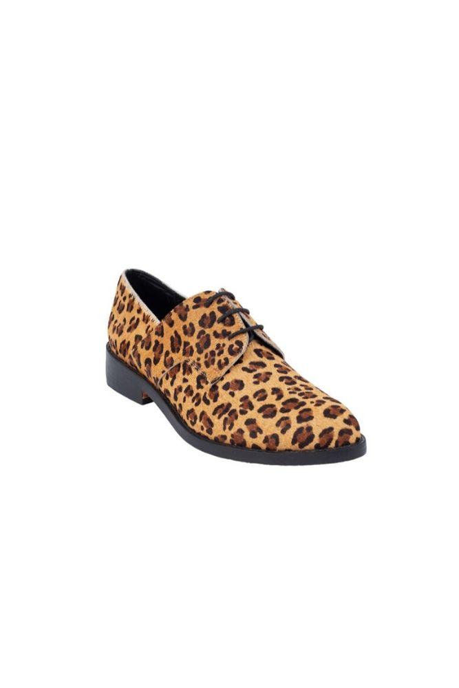 Elaborado en cuero textura leopardo Plantilla de cuero en color negro suela de cuero Taco 2.5 cm con tapilla de chaucho en color negro Interior y exterior del zapato esta fabricado en cuero genuino