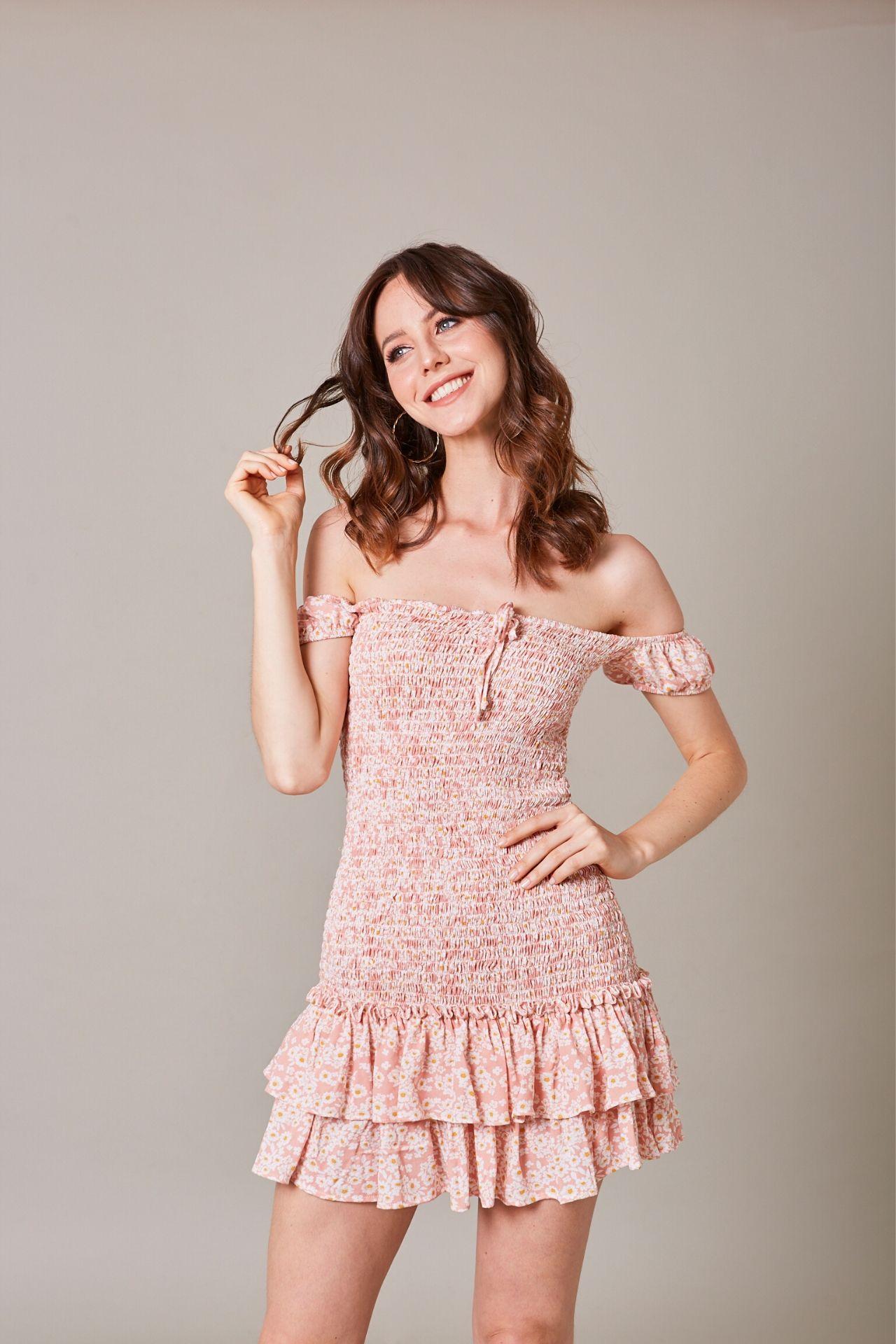Vestido de algodón con tela panal de abeja en la espalda que permite que el vestido se ajuste a una talla S o M.