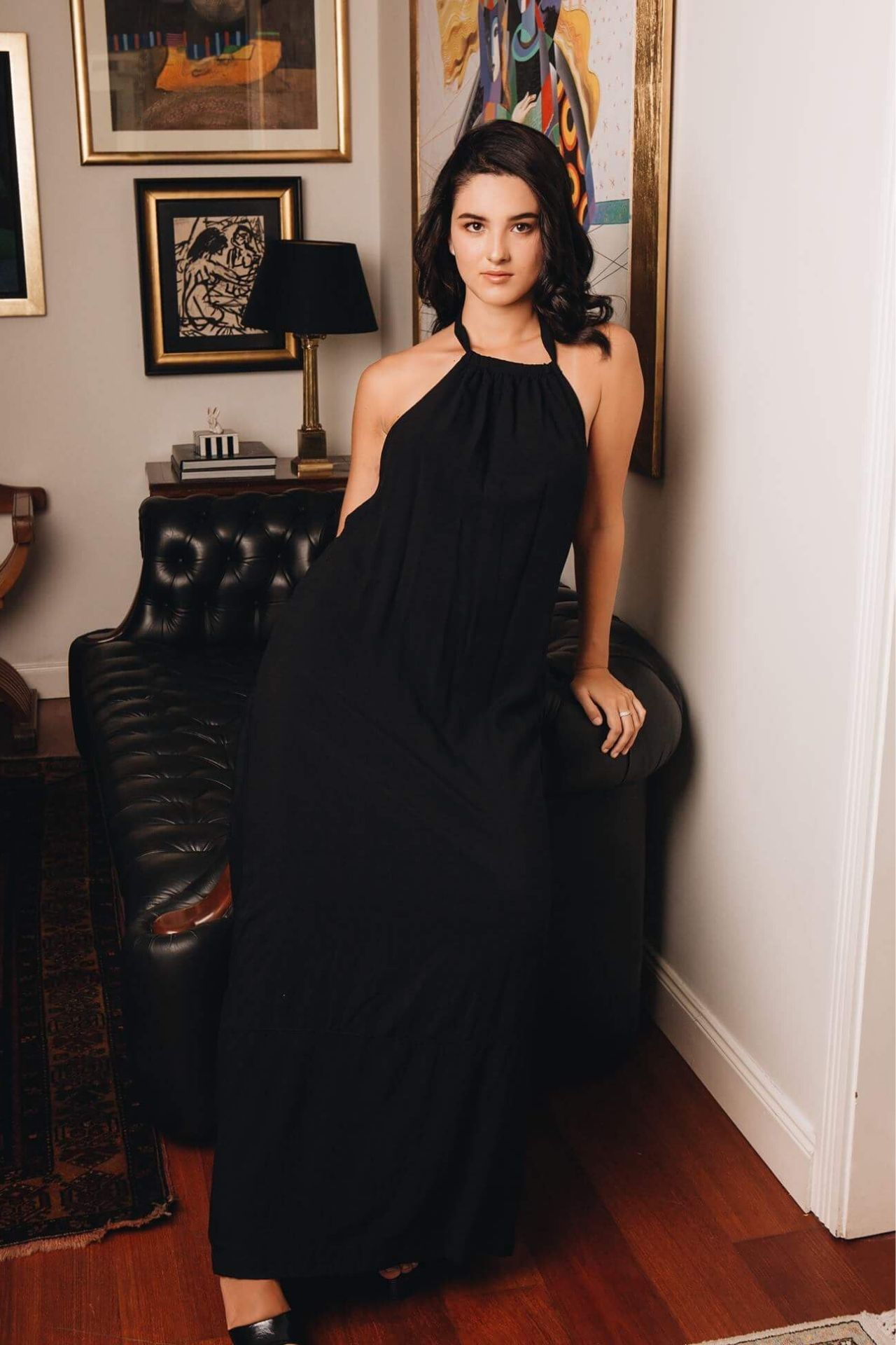 Vestido de algodón con halter para amarrar en el cuello.  La parte de atrás es como la foto con el vestido en blanco como referencia.