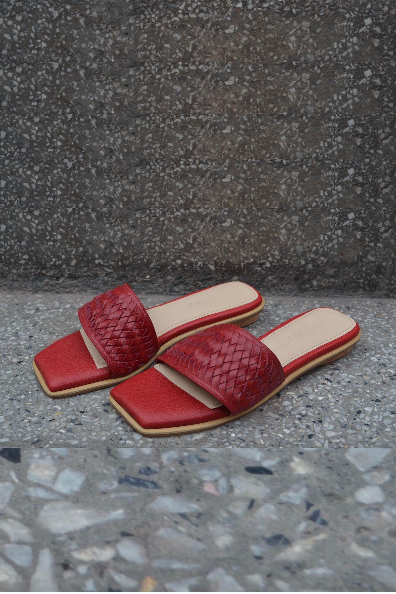 Sandalias de cuero con una franja de cuero tejido a mano.  * FRANJA HORIZONTAL: 5,5CM - TACO DE 1,5CM