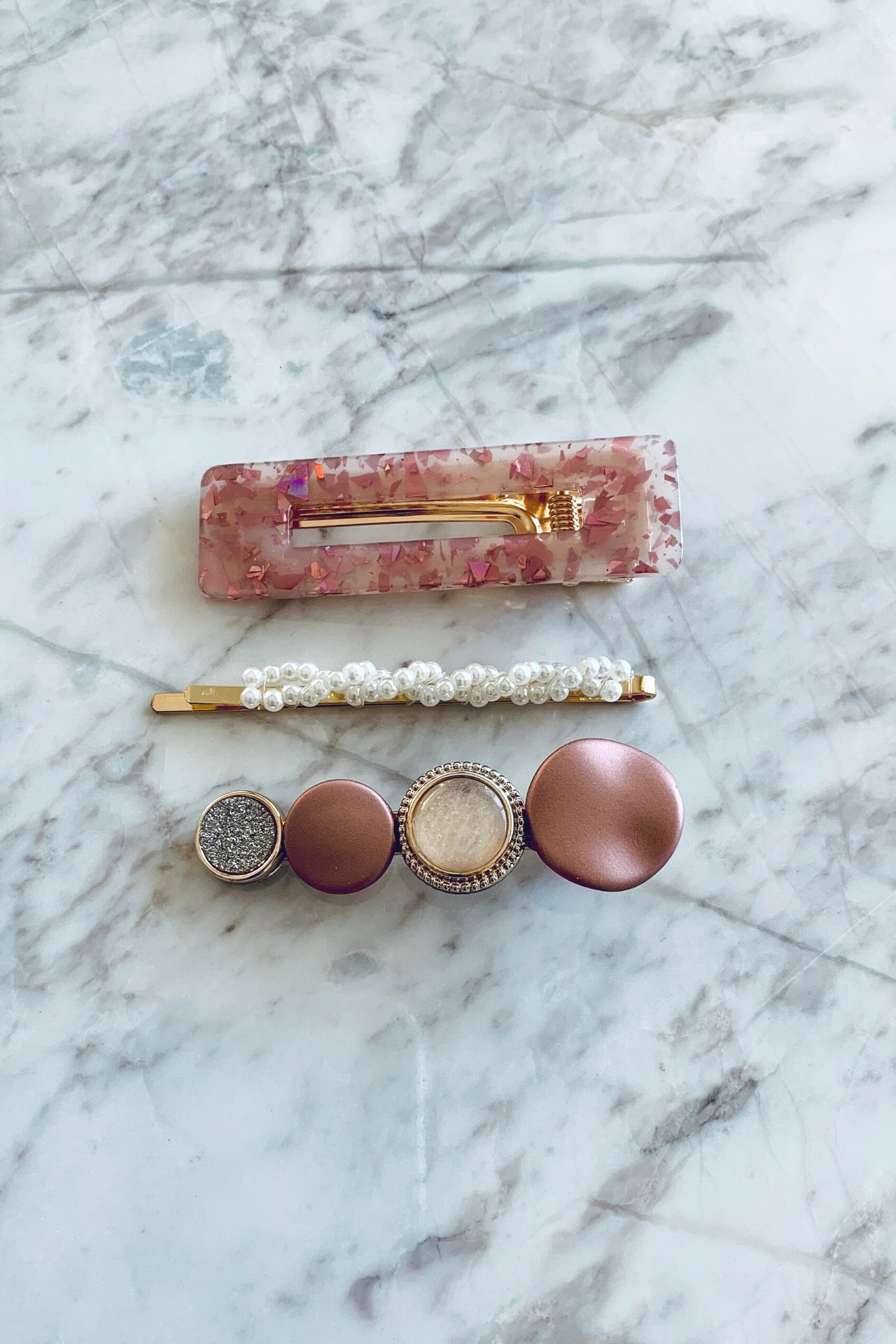 Pack de 3 ganchitos geométricos con diseño.  Tamaño: largo de 6 cm.  Incluye:  1 ganchito largo con perlitas pequeñas.  1 ganchito largo rosado  1 ganchito geométrico  Los colores de este pack son los de imagen.