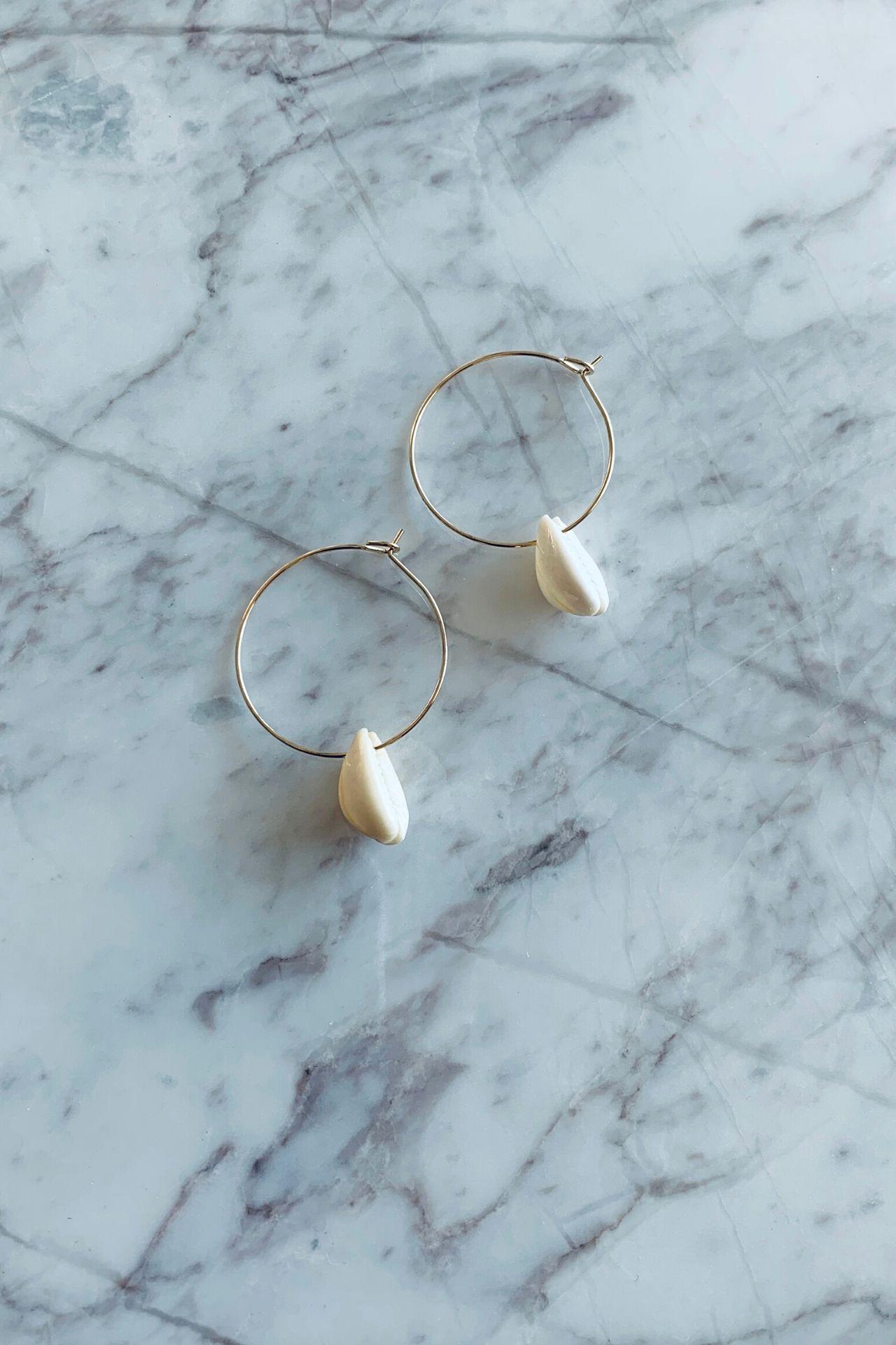 Argollas pequeñas muy ligeras.  Largo: 7 cms incluyendo la conchita.  Son aretes de fantasía por lo que si eres alérgica a materiales que no sean oro ni plata no los recomendamos.