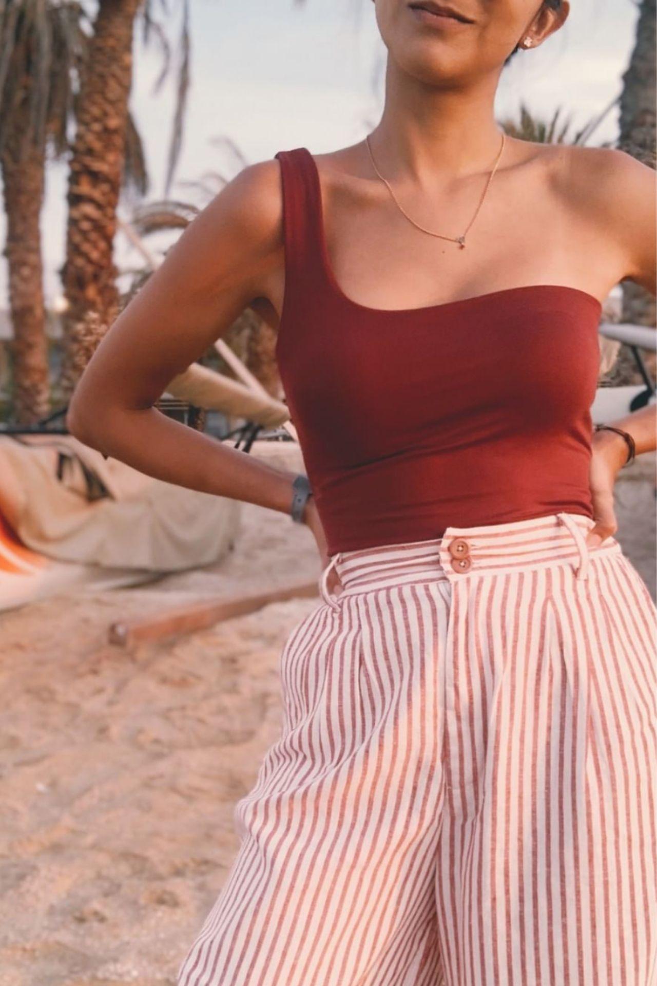 Pantalon de lino, con pretina en la cintura, elástico en la parte trasera de la pretina.  Medidas:  Cintura:  S: 72 cm  M: 80 cm  L: 88 cm  Cadera:  S: 88 cm  M: 96 cm  L: 104 cm  Largo:  S: 72 cm  M: 90.5 cm  L: 92 cm