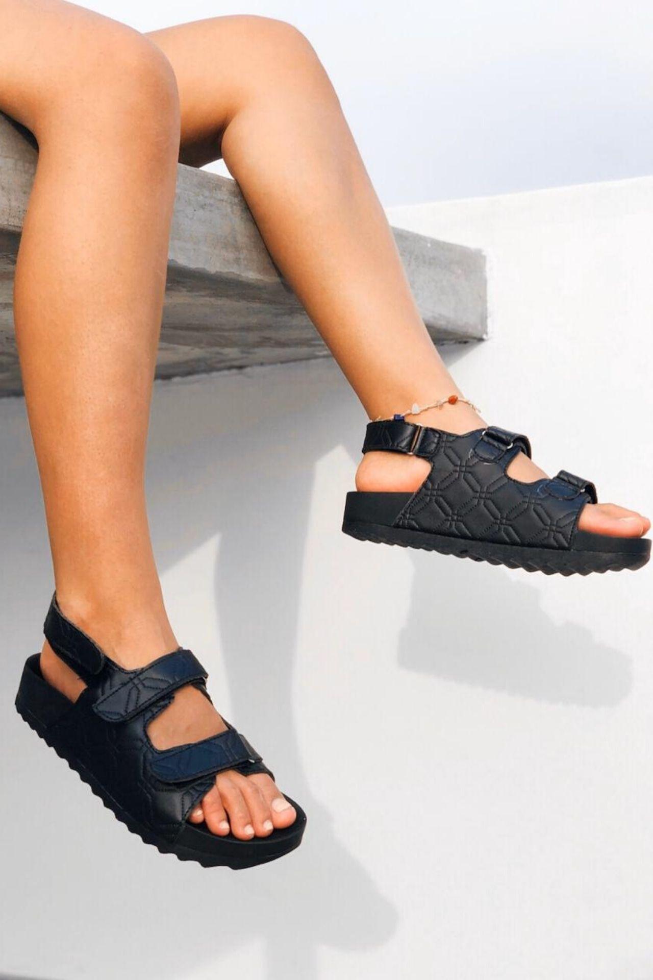 Sandalias de Bio Cuero.  Planta: plataforma expanso súper ligera,anti transpirable, alto de 3.5 cms.  Detalles: pegas pegas en capellada y tallón.  La horma es completa, es la talla que calzas en la mayoría de zapatos.