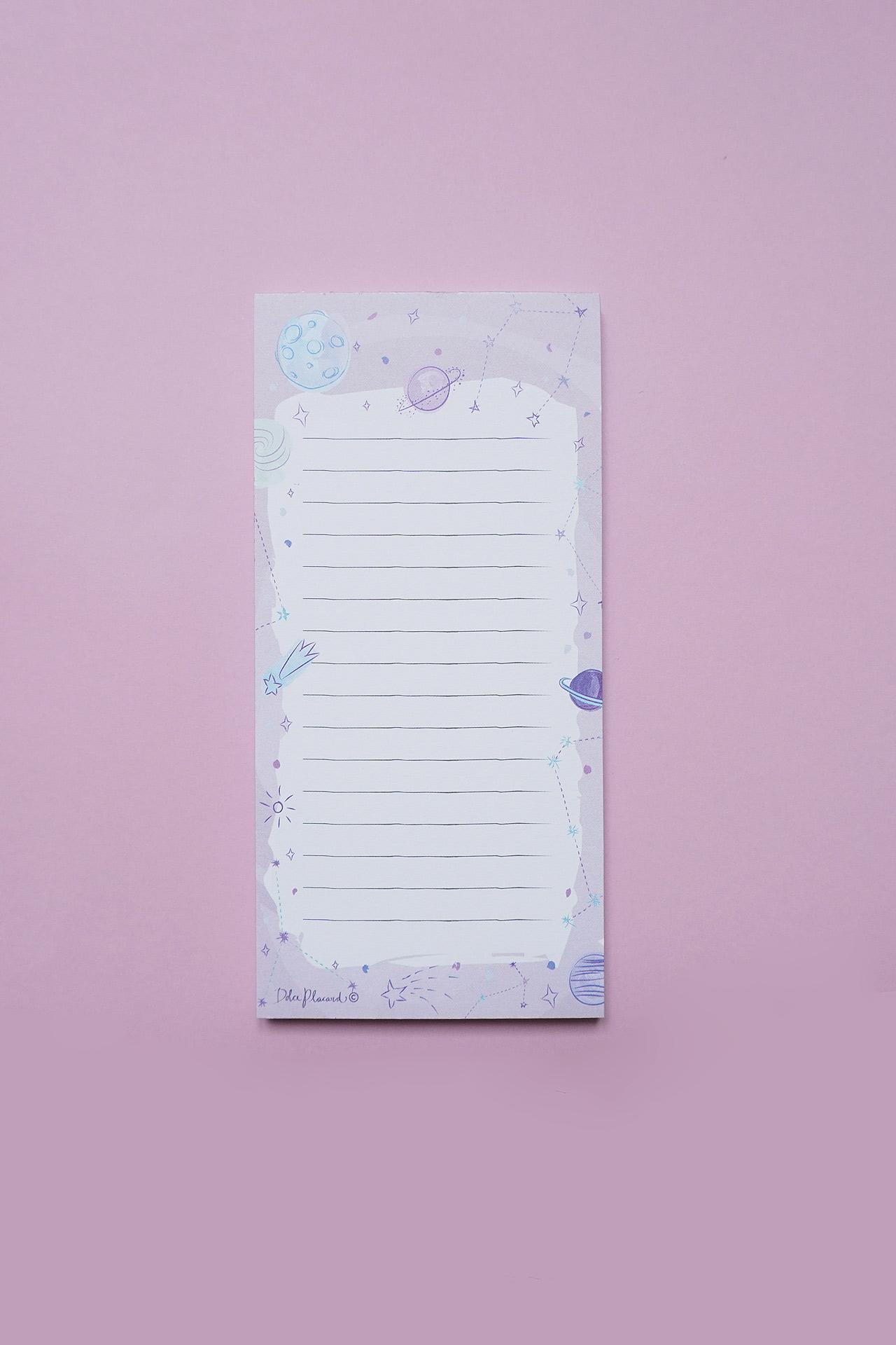 Planner diario perfecto para organizar tus días y actividades en forma de listado, con una temática super linda de estrellas y galaxias en tonos azulados y morados.  Medidas:16 cm del ato x 8 cm de ancho