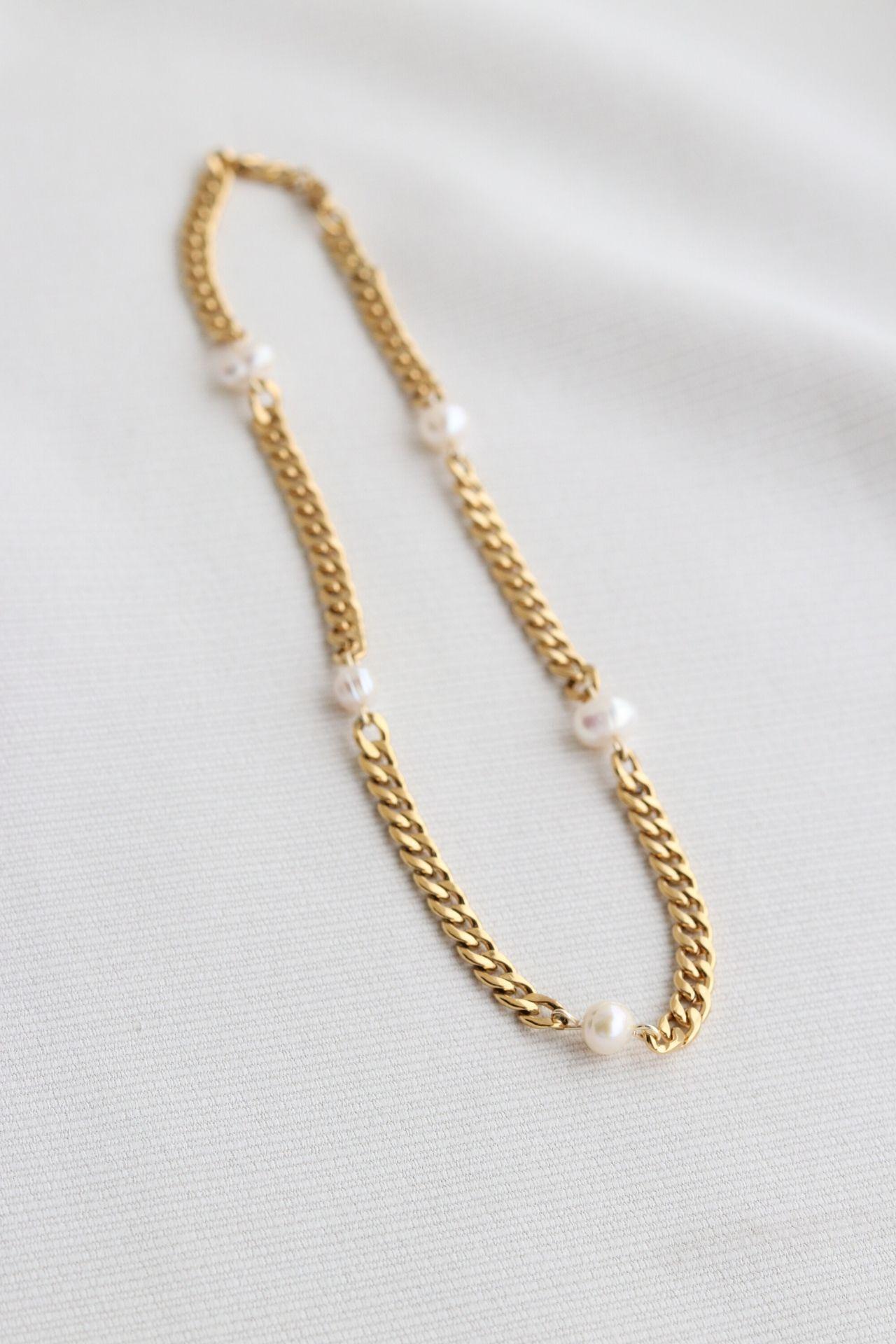 Collar de acero con perlas de río.  Tamaño: 42 cms.
