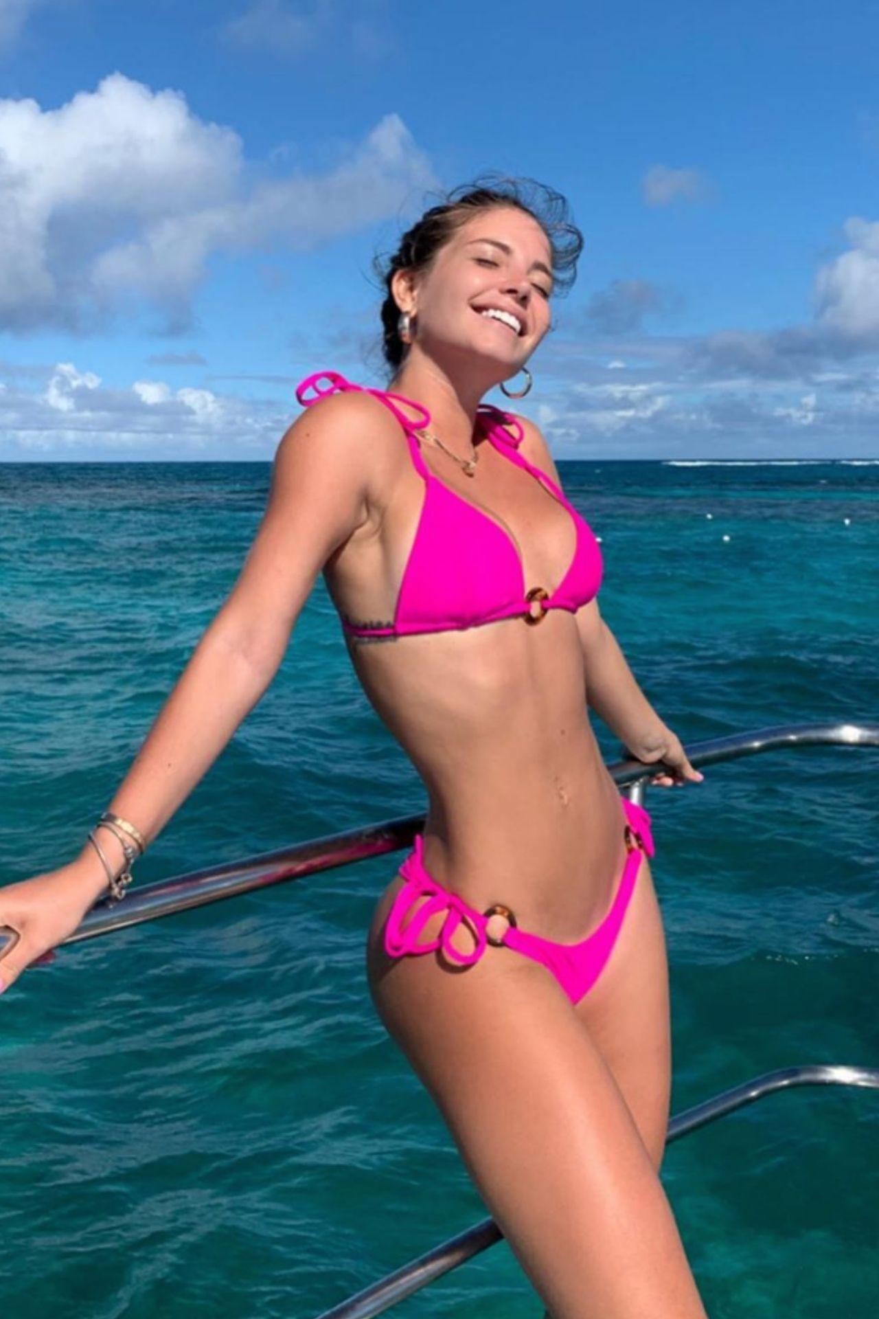 Bikini con tiras para amarrar en la parte de abajo.  Corte pequeño.  Tiritas para amarrar a los lados de la parte de abajo del bikini.  Color Fucsia Neón.