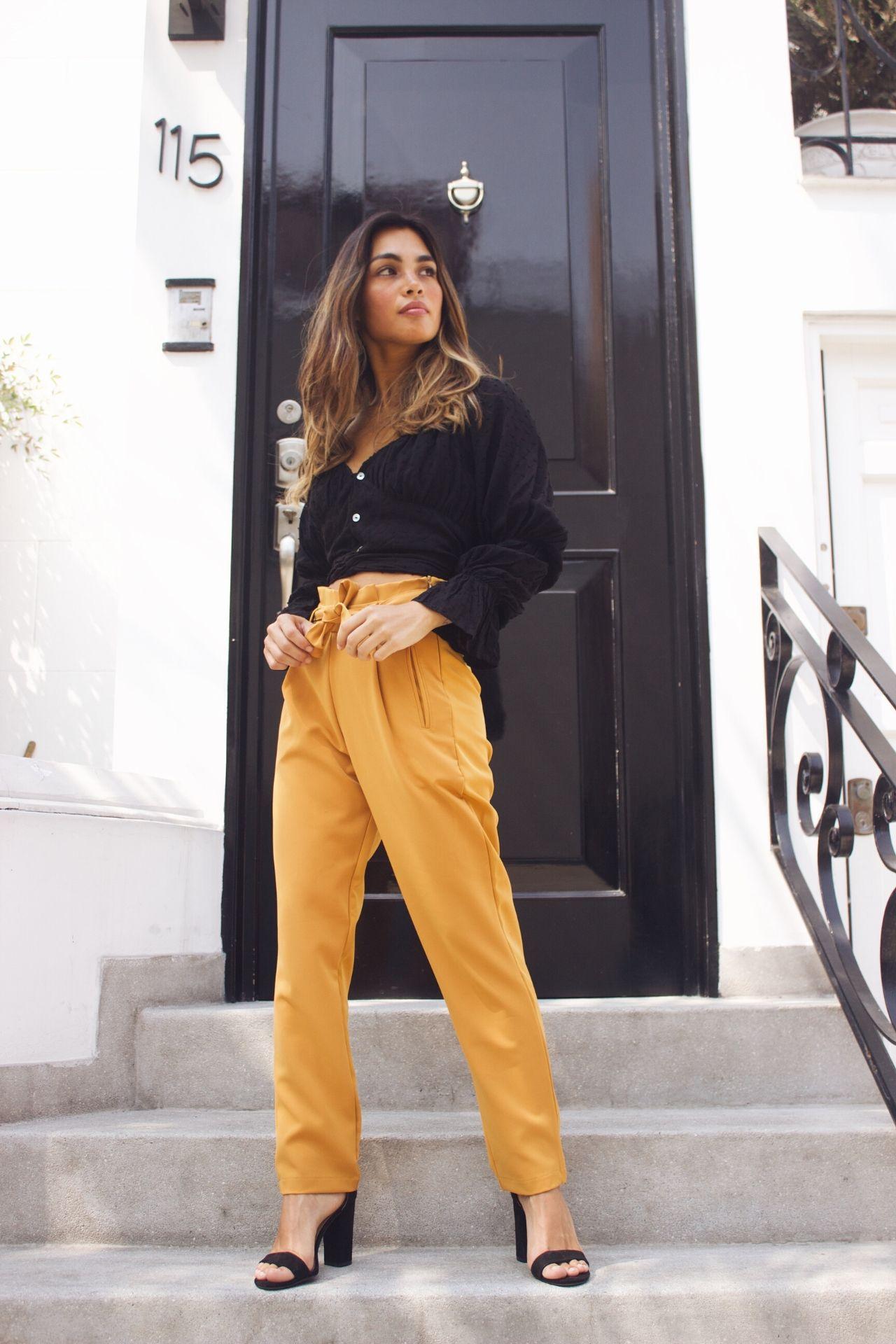 Pantalón de tela de algodón con spandex.  La tela no se arruga.  Tiene un cinturón para amarrarlo a la cintura.  El color del pantalón es tal cual la foto: naranja tirando a mostaza.