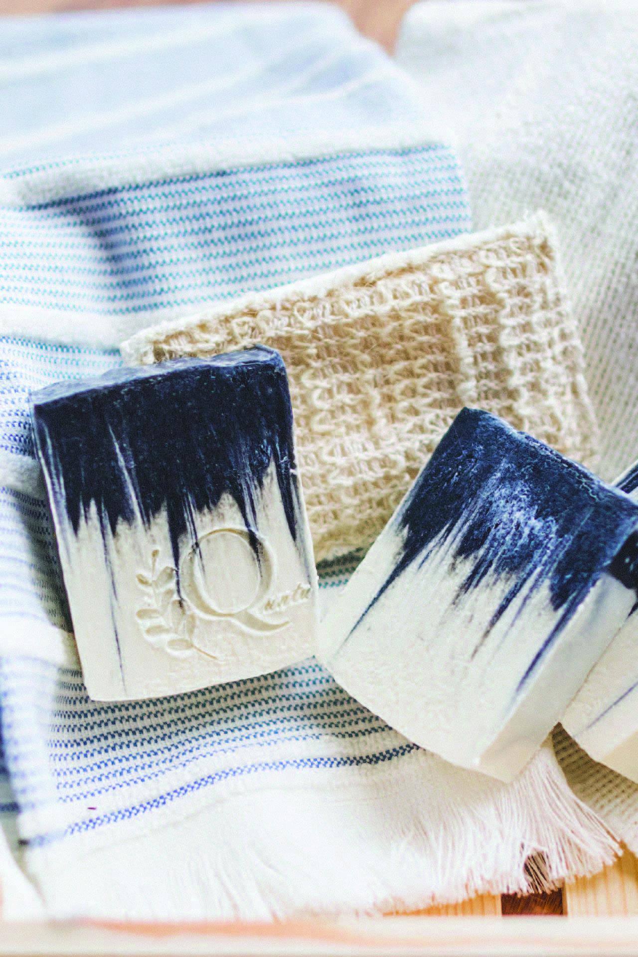 Jabón 100% natural de carbón activado y aceite de árbol de té. Ideal para pieles grasas, con tendencia a acné.  El carbón activado es un microexfoliante que ayuda a eliminar toxinas e impurezas de la piel.