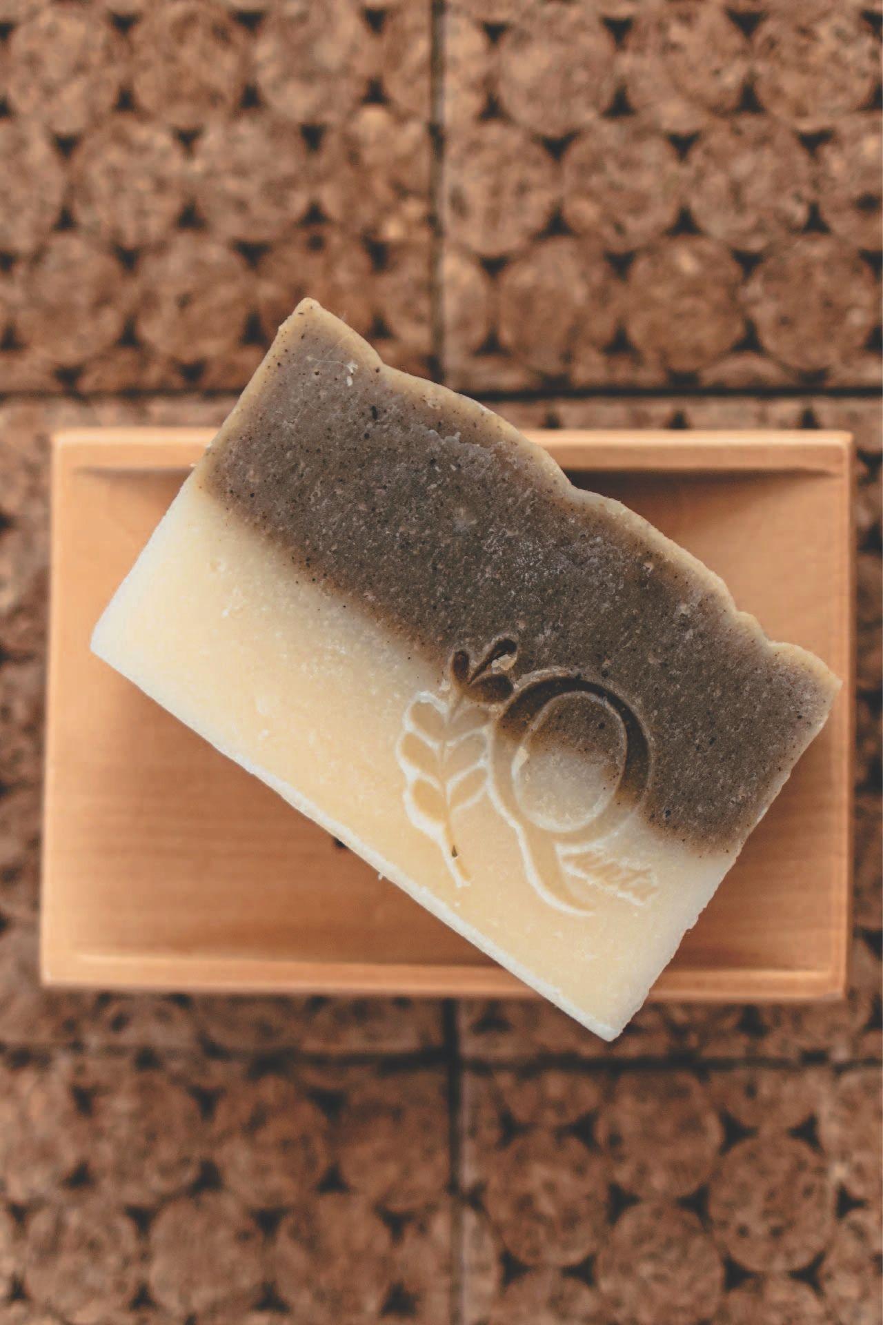 Jabón 100% natural con polvo de neem y aceite de copaiba. Ideal para pieles grasas con tendencia a acné.  El polvo de neem tiene propiedades antifúngicas, antibacterianas y antisépticas.