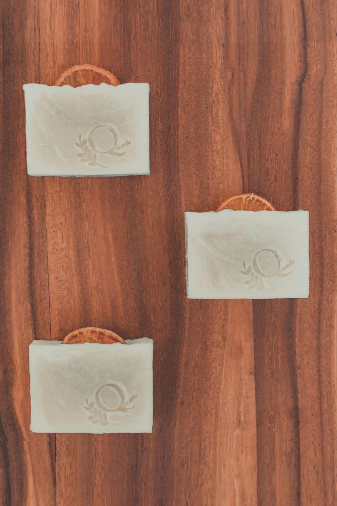 Jabón 100% natural con aceite esencial de naranja. Ideal para todo tipo tipo de piel.  Relajante, ayuda a tonificar la piel y a eliminar células muertas.