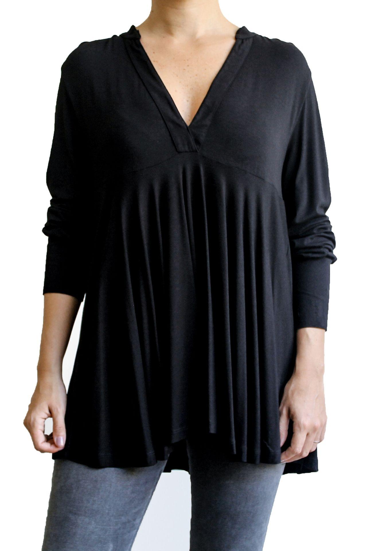 Polo negro en Viscosa, manga con capas y hombros sueltos.