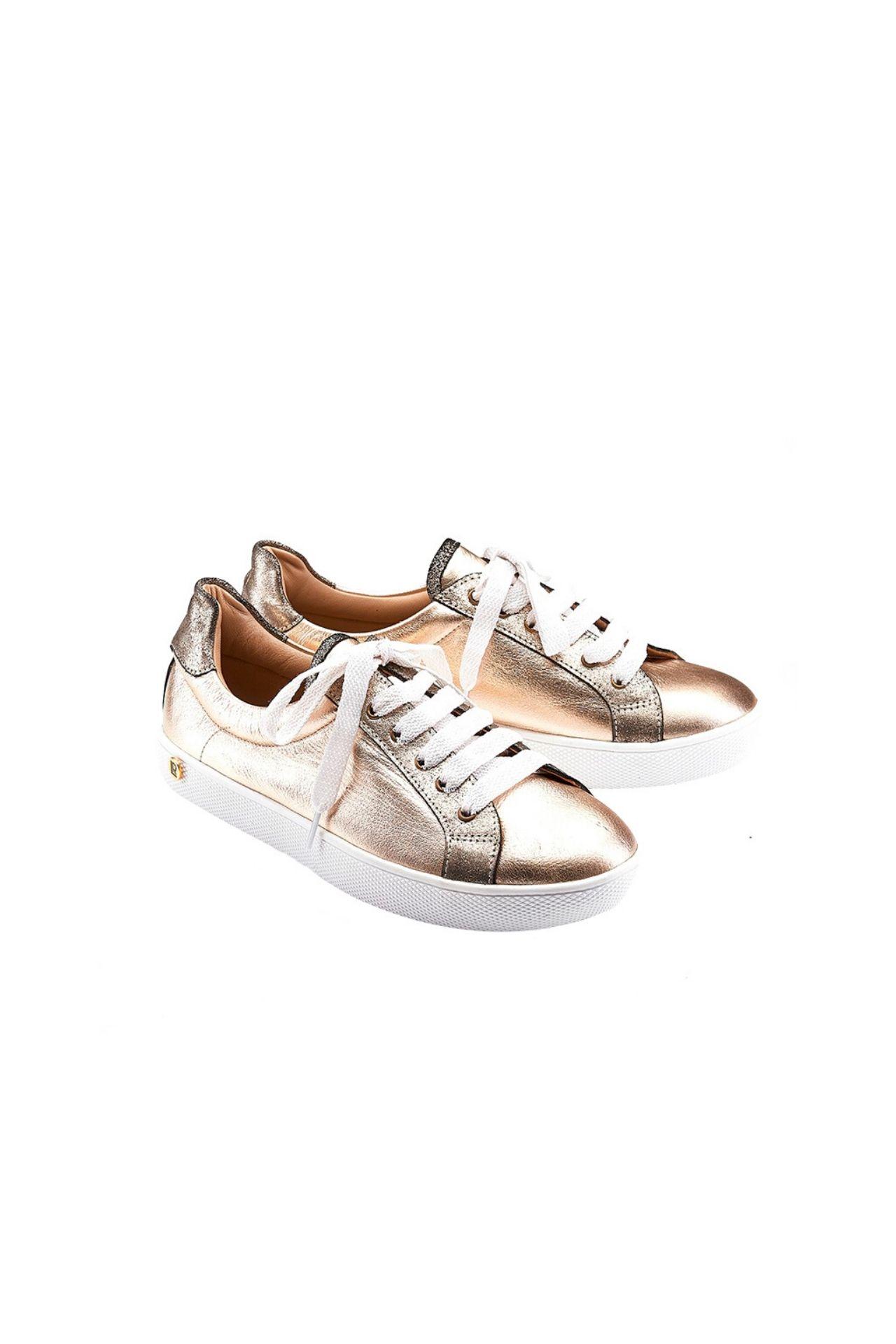 Zapatilla fabricada con cuero de primera calidad, lleva placas bañadas en oro con la firma de la marca.  La horma es exacta, en esta marca serías la misma talla que usas normalmente.  Taco: 2 cm