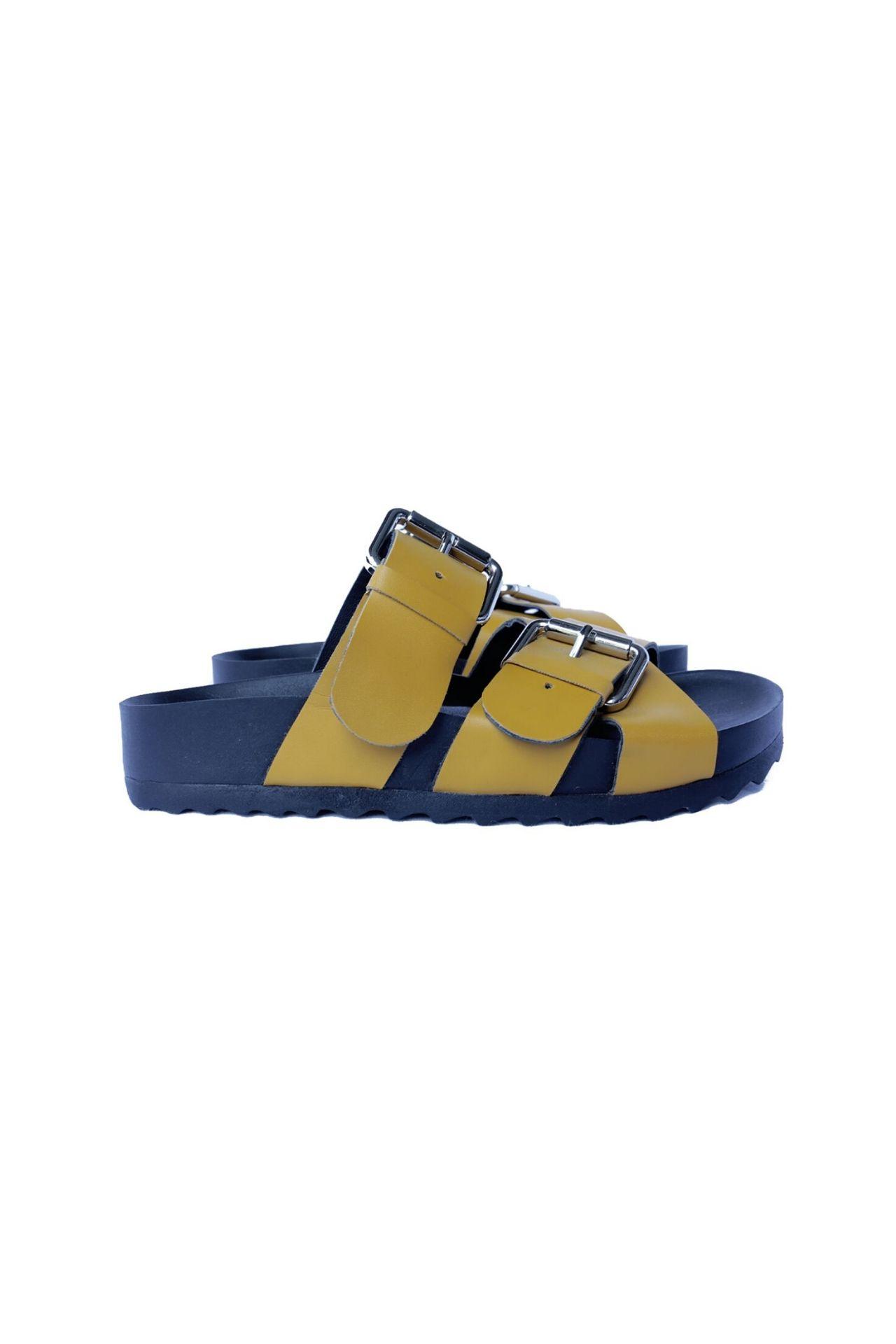 Sandalias de cuero vegano .Los diseños son unicos ya que hacemos pocos por cada modelo color. Son productos hechos a mano por artesanos peruanos.  Horma exacta  Talla 37: 24 cm  Taco: 3.5 cm