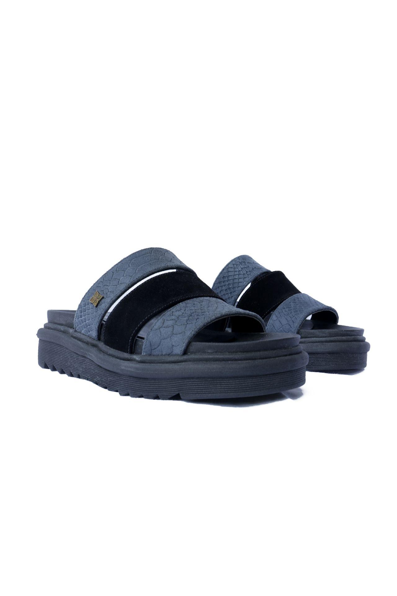 Sandalias 100% de cuero por dentro y por fuera. Las suelas son importadas de argentina. Los diseños son unicos ya que solo hacemos 1 docena por color . Son productos hechos a mano por artesanos peruanos.  La horma es exacta, en esta marca serías la misma talla que usas normalmente.  Modelo que funciona mejor en un pie delgado , porque la suela es mas delgada.  Tamaño 36: 23.5-24 cm  Tamaño 37:24.5-25 cm  Tamaño 39:26.5 cm  Altura: 5 cm
