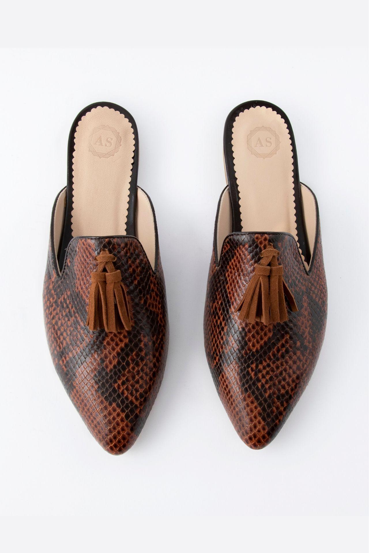 Zapatos 100% manufacturados a mano con cuero noble.  Medidas:  35: 23.5 cm  36: 24.5 cm  37: 25 cm  38: 25.5 cm  39: 26.5 cm  40: 27 cm  La horma es exacta, en esta marca serías la misma talla que usas normalmente.