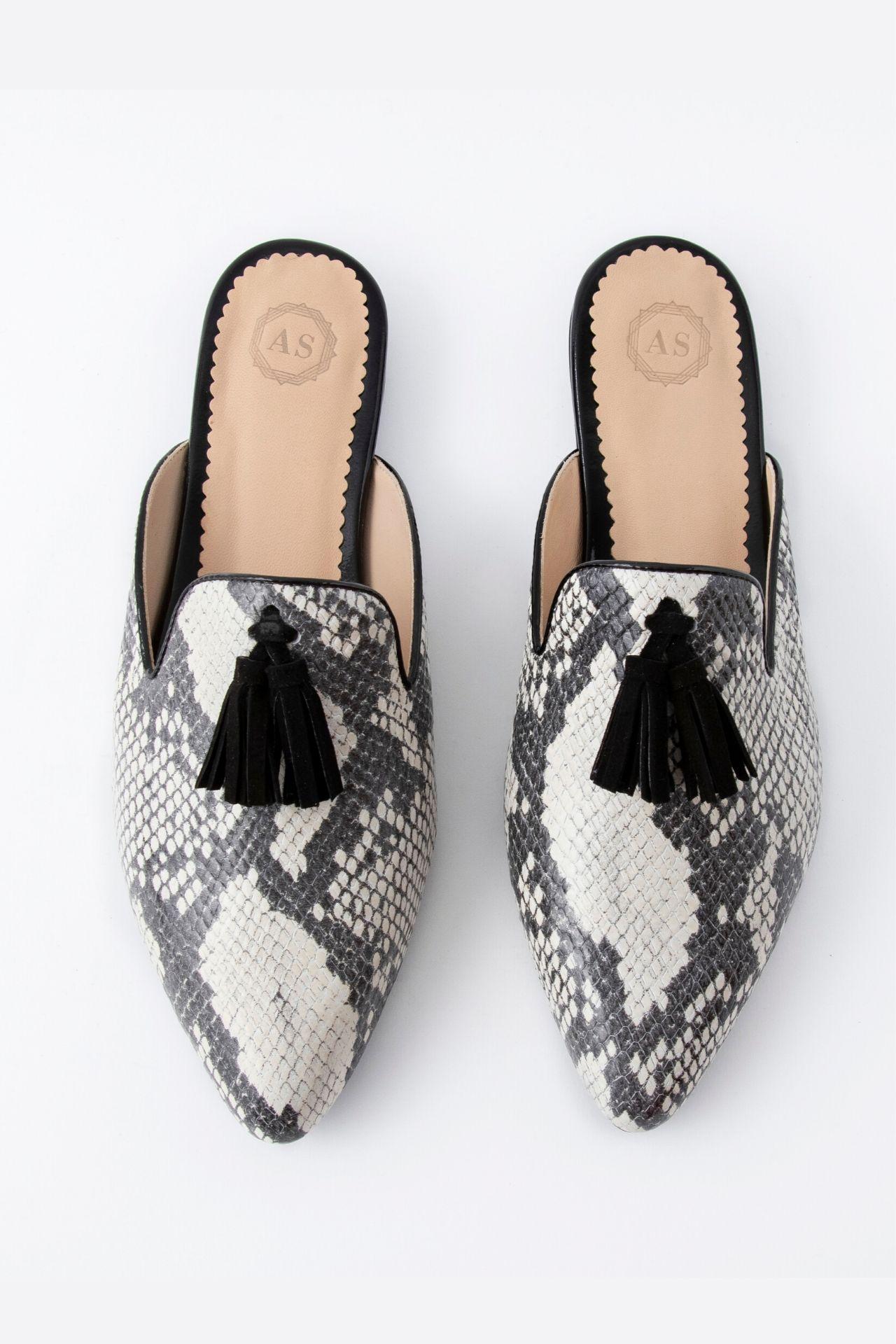 Zapatos 100% manufacturados a mano con cuero noble  Medidas:  35: 24 cm  36: 24.5 cm  37: 25 cm  38: 26 cm  39: 26.5 cm  40: 27 cm  La horma es exacta, en esta marca serías la misma talla que usas normalmente.