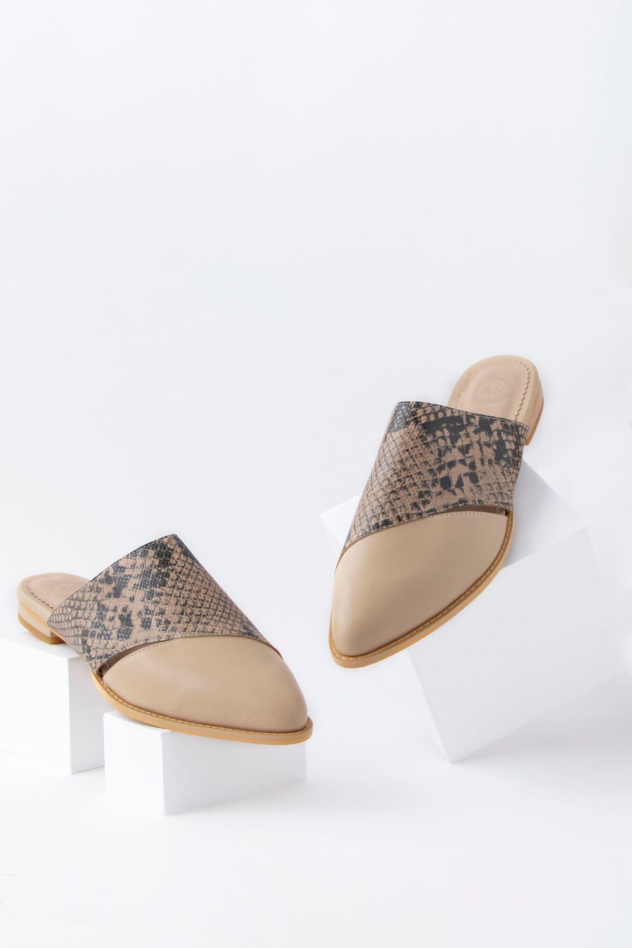 Zapatos 100% manufacturados a mano con cuero noble.  Medidas:  35: 24 cm  36: 24.5 cm  37: 25 cm  38: 26 cm  39: 26.5 cm  40: 27 cm  La horma es exacta, en esta marca serías la misma talla que usas normalmente.