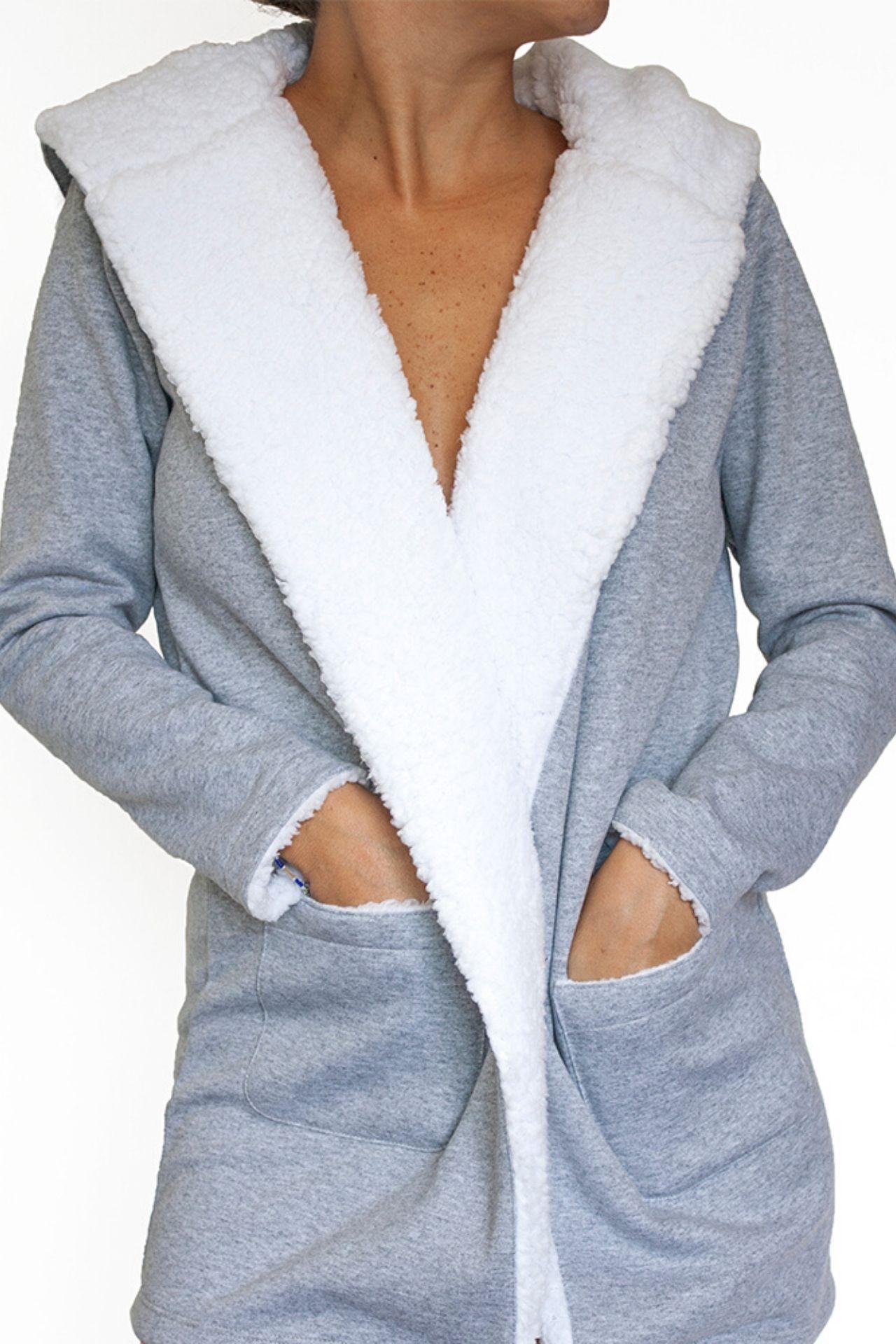 Bata de manga larga con dos bolsillos adelante y capucha atrás.  Peluche en todo el largo del cuello y capucha.  No es forrada con peluche en su totalidad.    Composición  100% algodón    Es una talla standard, si estár entre la talla XS, S o M te quedará bien.