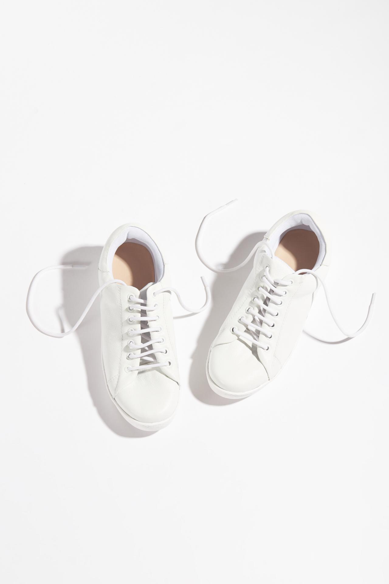 Preventa: Entrega del producto en 7 días útiles.  Zapatillas urbanas de cuero blanco. Tienen 2,5cm de altura  CAPELLADA: CUERO NATURAL / FORRO: TELA / ALTURA: 2,5cm