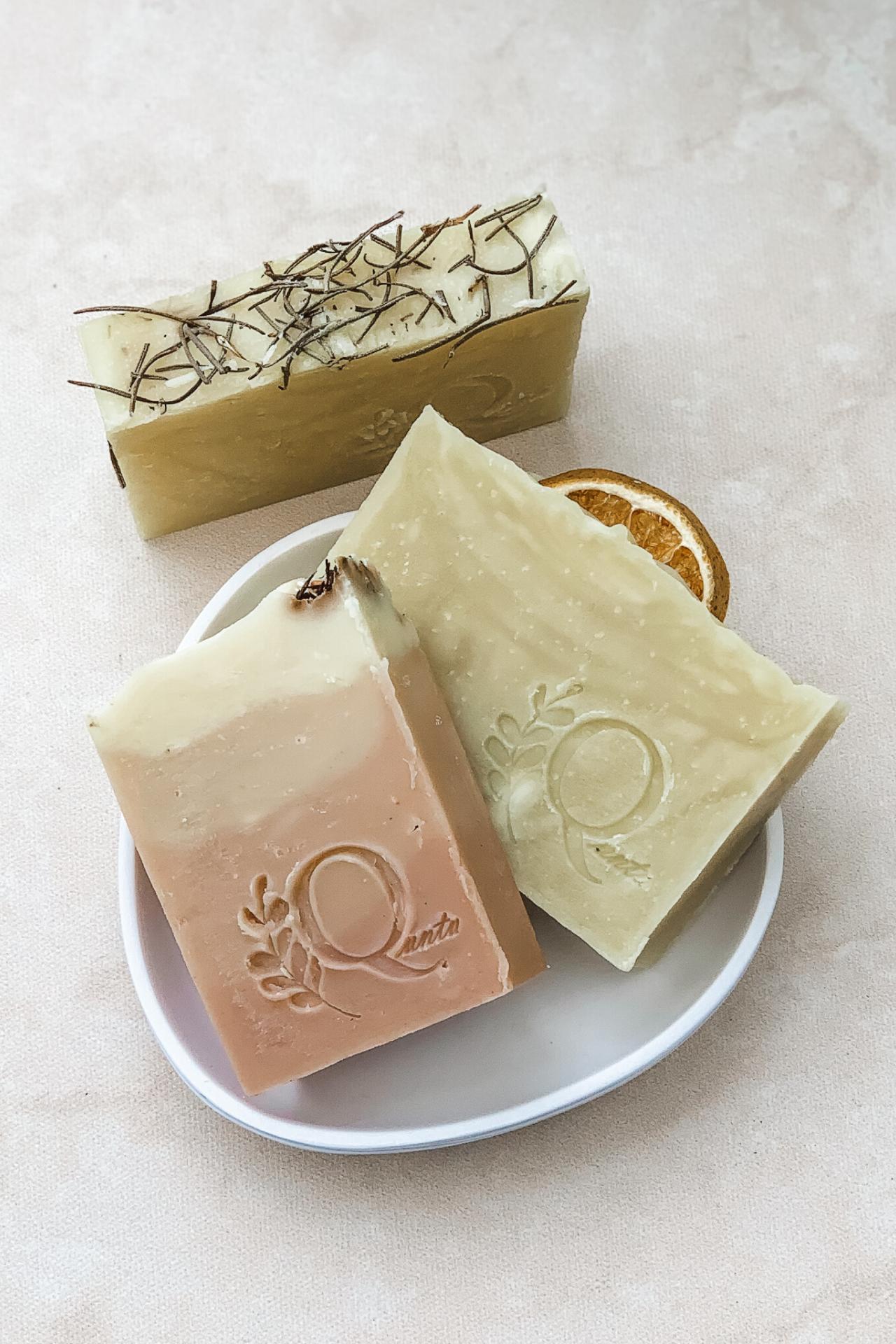 Limpia tu piel manteniéndola hidratada, ayuda a eliminar células muertas y a mantenerla tonificada. Recomendado para pieles normales. Incluye una barra de jabón de naranja, una barra de jabón de romero, y una barra de jabón de arcilla rosada.