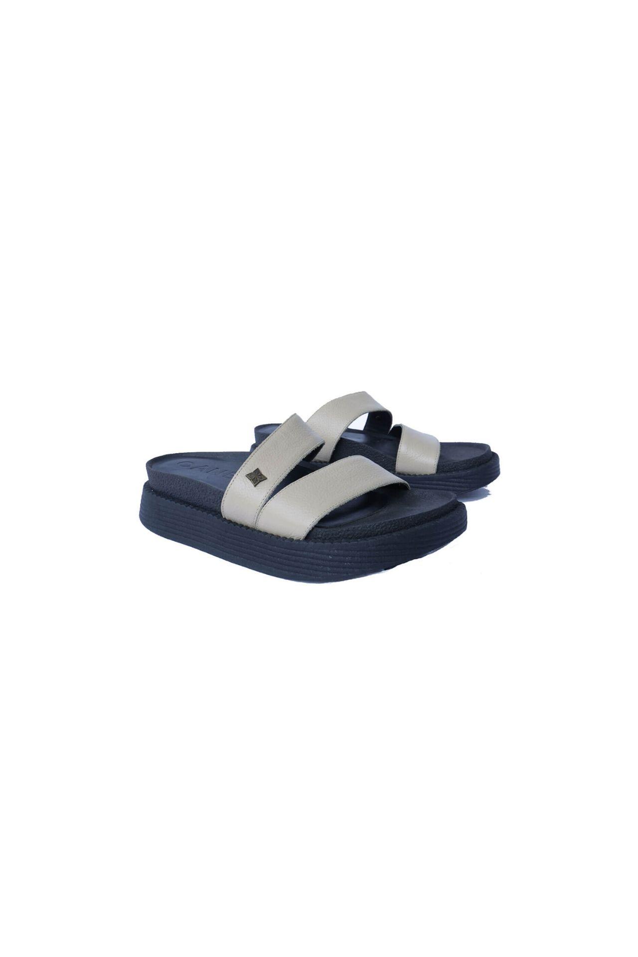 Sandalias 100% de cuero por dentro y por fuera. Las suelas son importadas de argentina. Los diseños son unicos ya que solo hacemos 1 docena por color . Son productos hechos a mano por artesanos peruanos.  La horma es exacta, en esta marca serías la misma talla que usas normalmente.  Funciona mejor en un pie mas ancho porque la suela es mas ancha.  Tamaño:  Talla 36: 23.5 cm  Talla 37: 24.5 cm  Talla 38: 25.5 cm  Talla 39: 26.5 cm  Alto: 5 cm