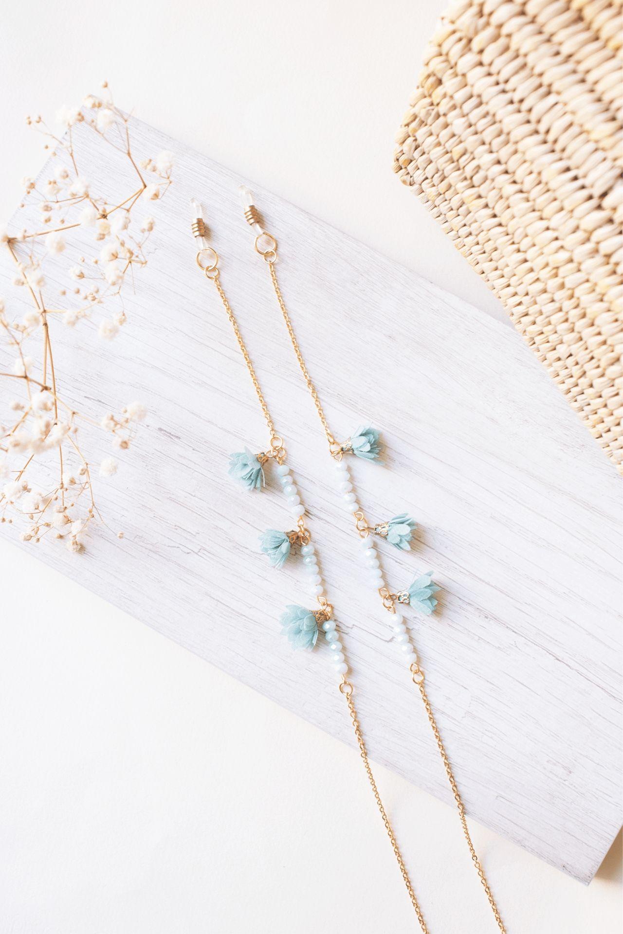 Descripción: Sujetador de lentes con muranos y flores.  Material: Acero  Largo: 70cm aprox