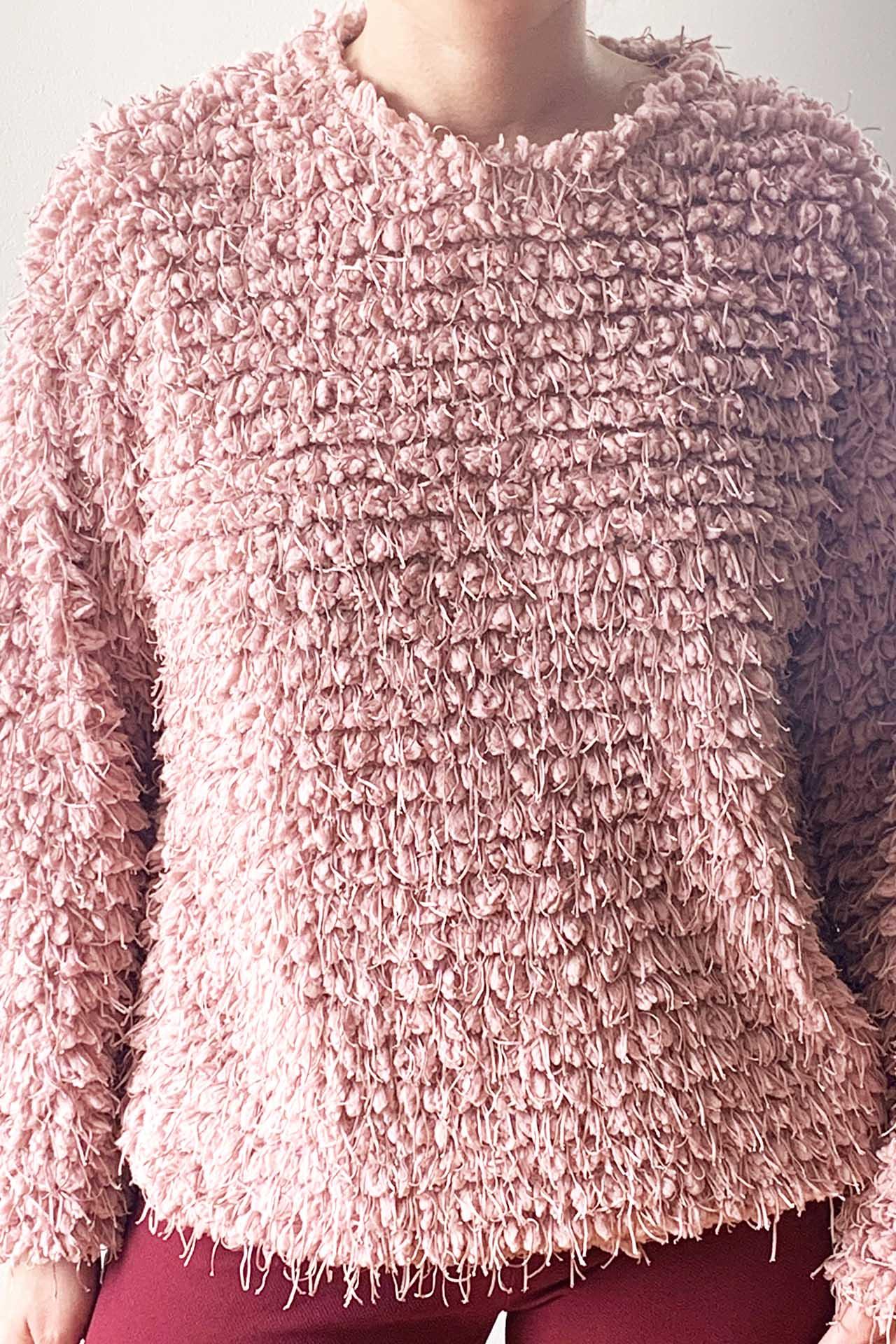 Sweater cropped trenzado y cuello en V. Súper abrigador      Made in Italy                                           Material & cuidado 85% Acrílico 15% Poliester Lavar en agua fría a mano  Busto Cintura Cadera Largo  48cm 48cm 45cm 62cm