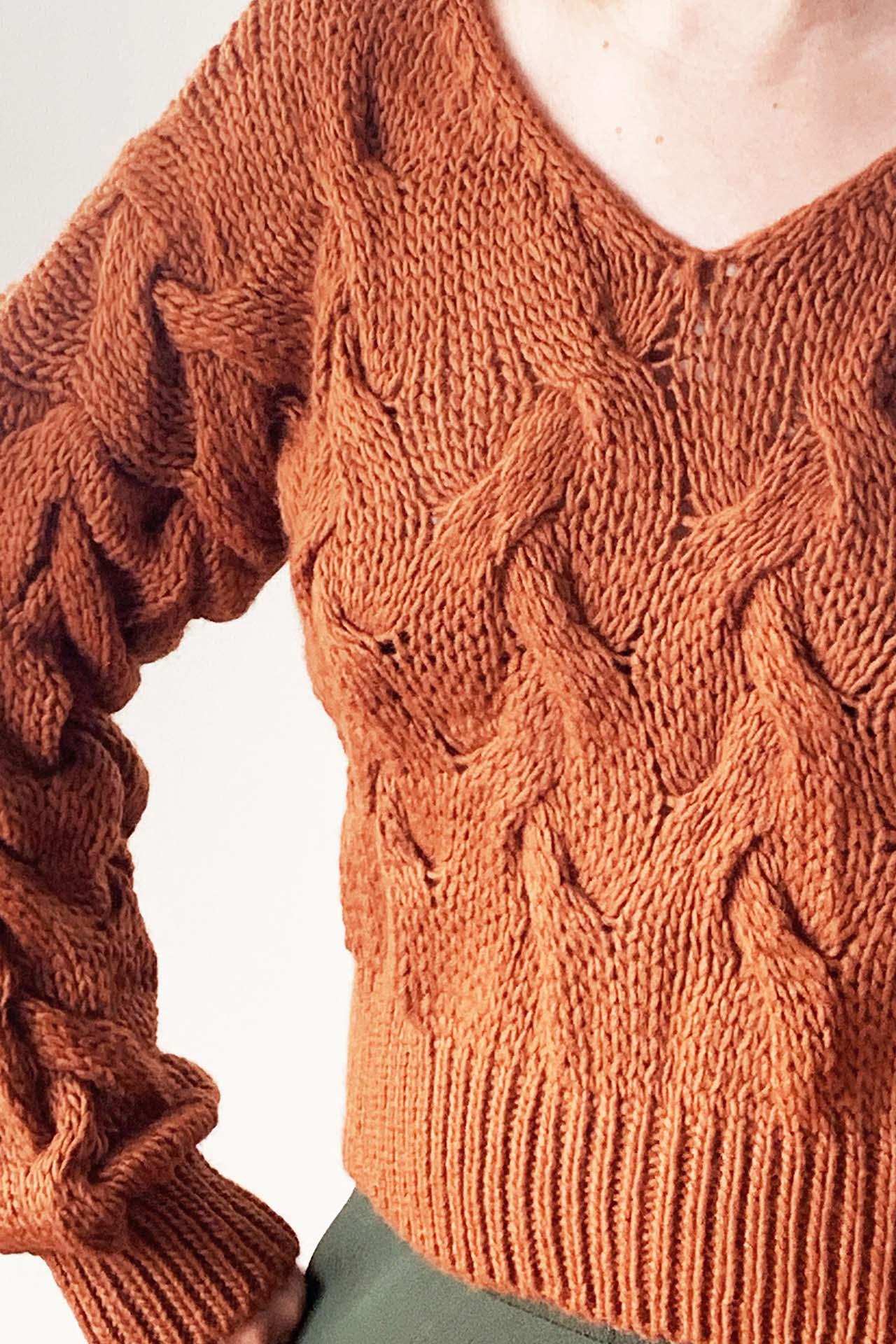 Sweater cropped trenzado y cuello en V. Súper abrigador      Made in Italy                                           Material & cuidado 85% Acrílico 15% Poliester Lavar en agua fría a mano  Busto Largo  47CM 37CM
