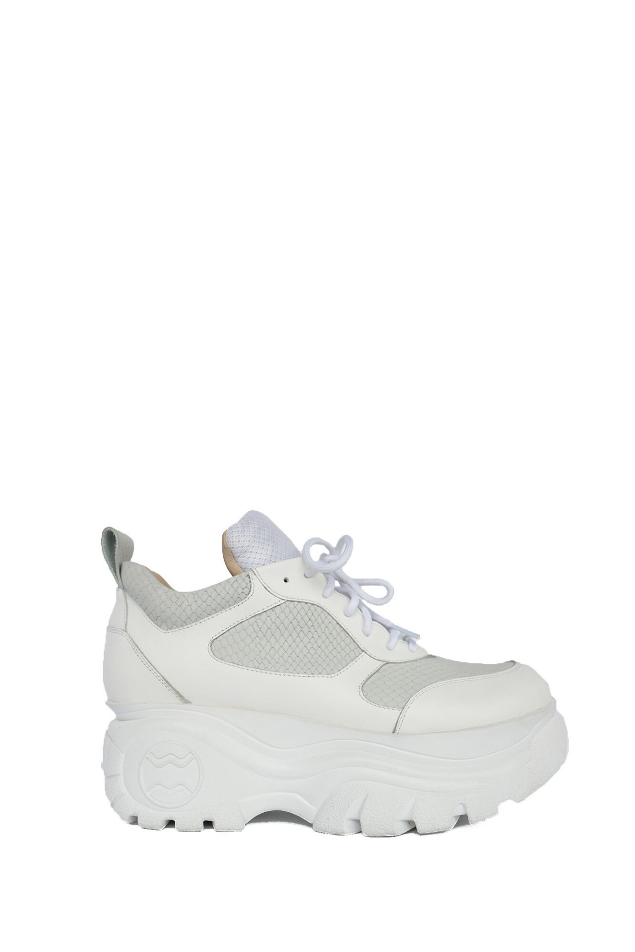 Zapatillas Chunky hechas a base de cuero al 100% con suelas importadas.  Modelo exclusivo y con stock limitado.  Alto de la suela: 6 cms.  La horma es exacta. En este producto serías la misma talla que usas normalmente.