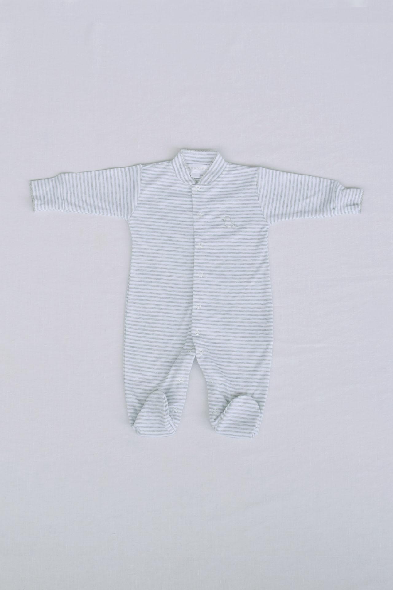 Nuestro Enterizo Cris, esta hecho de gamuza a rayas, 100% algodón Pima, tiene un borado al lado izquierdo y bobos en el centro.