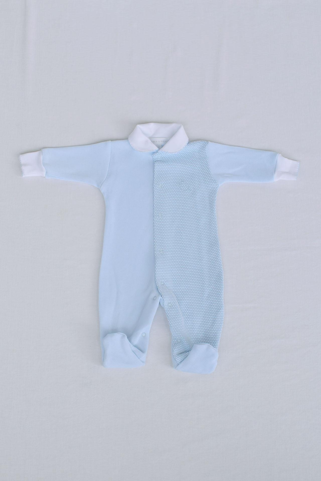 Con nuestro enterizo Aure, tu bebé estará siempre comodo y elegante. La mitad del enterizo es de Punto Íngles y la otra de tela Pop Corn, 100% algodón Pima.