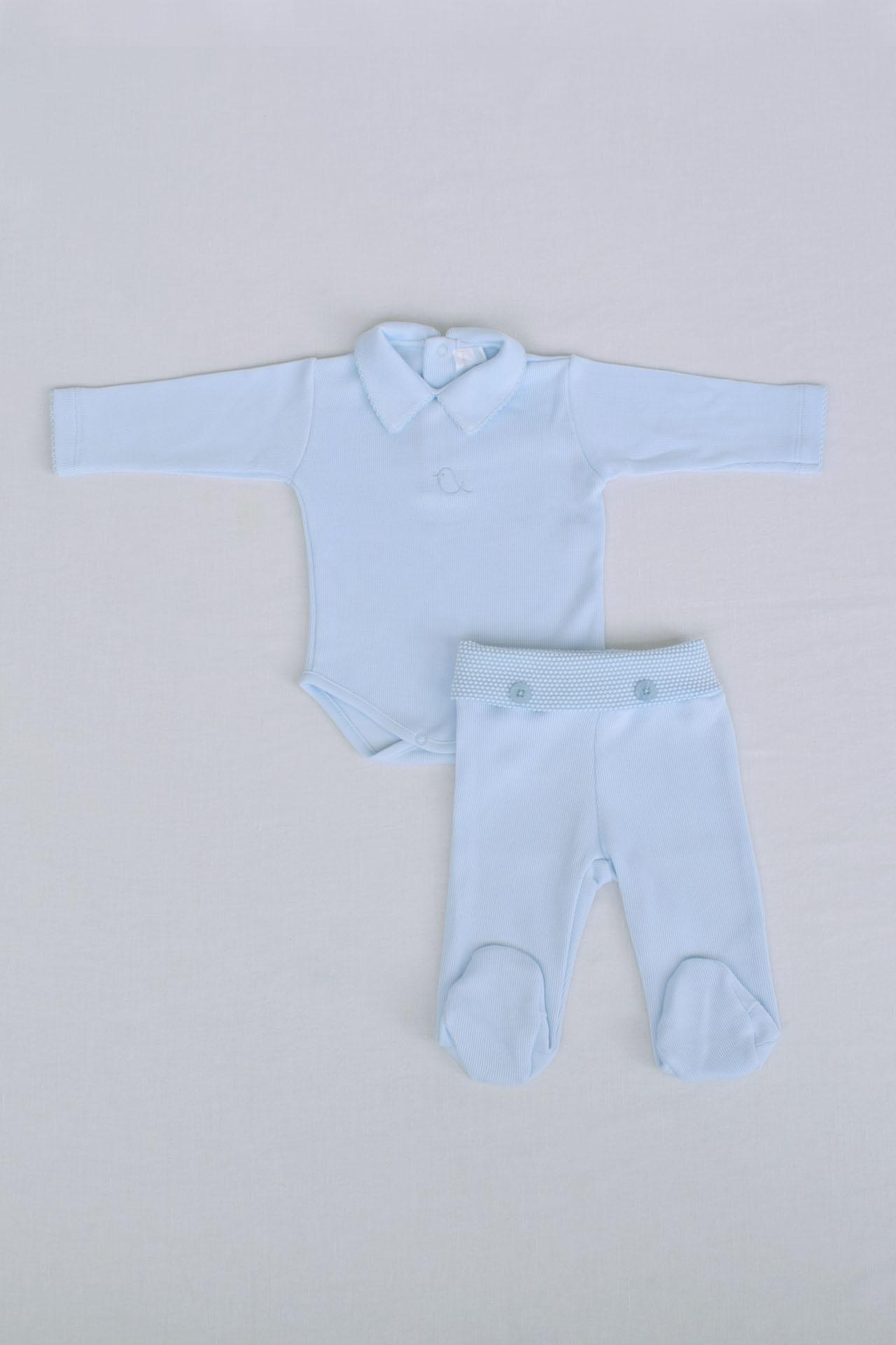 El Set Alex, incluye un body y un Pantalón, ambos de Punto Íngles, 100% algodón Pima. El pantalón tiene botones y lleva una pretina de tela Pop Corn