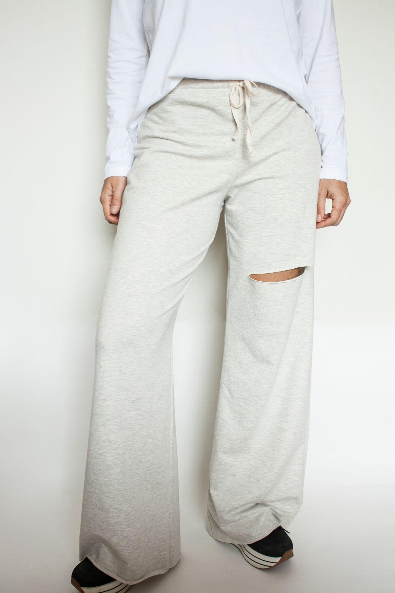Pantalón de algodónFrench Terry, 96% algodón y 4% spandex.  La talla es standard, si estás entre una talla 28 a 32 de pantalón te quedará bien, tiene un elástico a la cintura que se amolda al cuerpo.