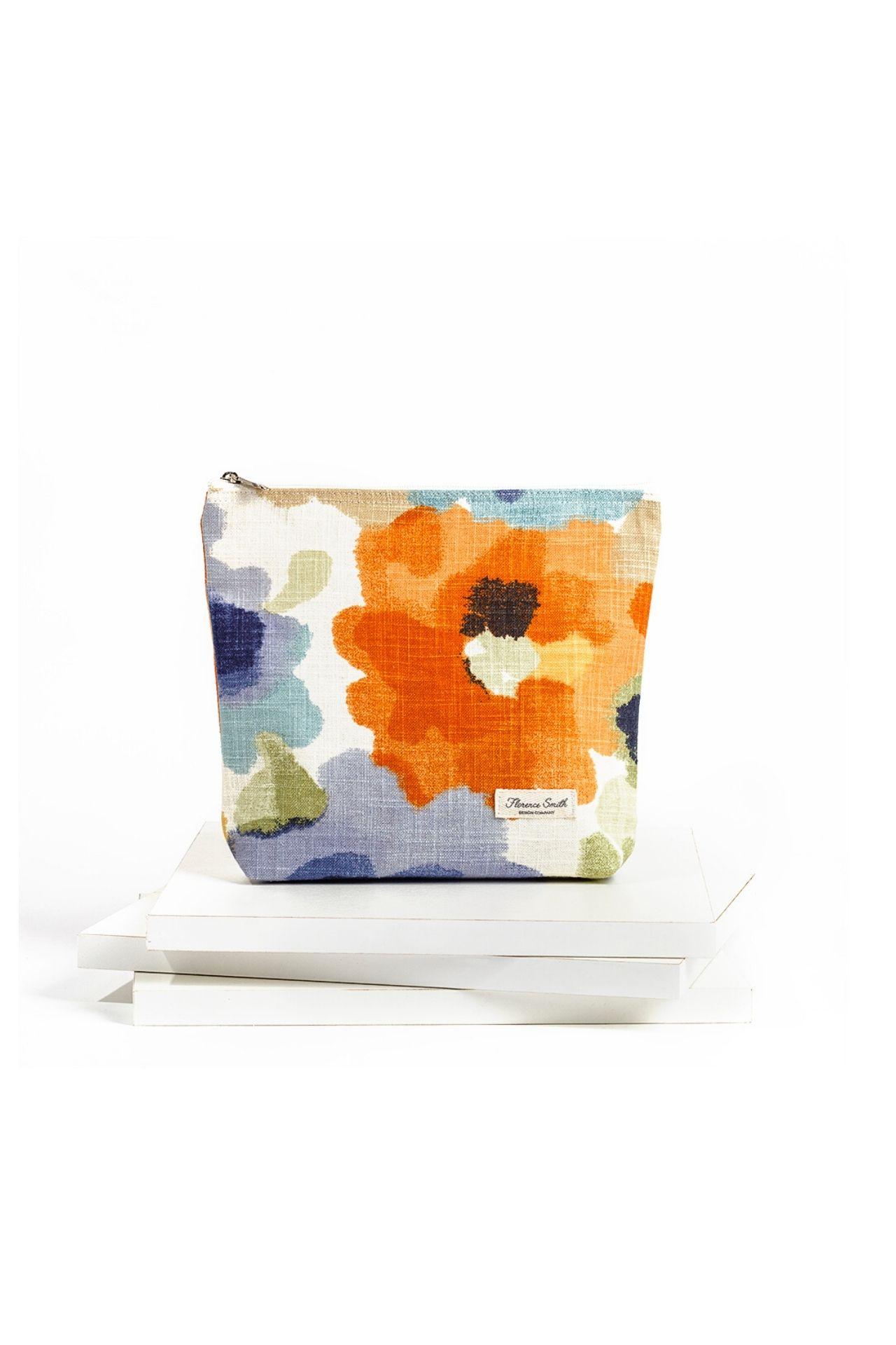 Medida: 26 cm de ancho x 21 cm de alto.  Tela multicolor con flores de colores.   Cierre premium y jalador super resistente.   Plastificado por dentro.   Úsalo como neceser o como clutch para salir.