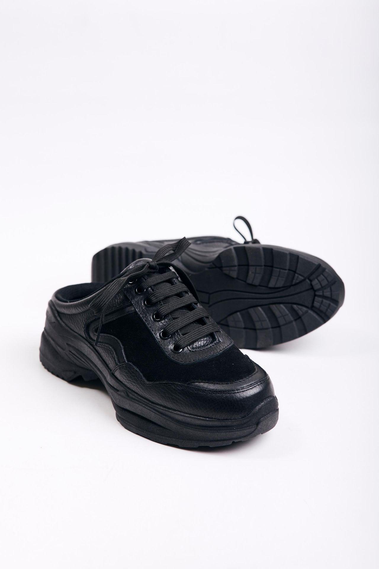 Sneakers negras de cuero con gamuza que pueden usar como slip on. Tiene un desnivel en la parte de atrás que las hace muy cómodas.  La horma es exacta, es la talla que normalmente usas.