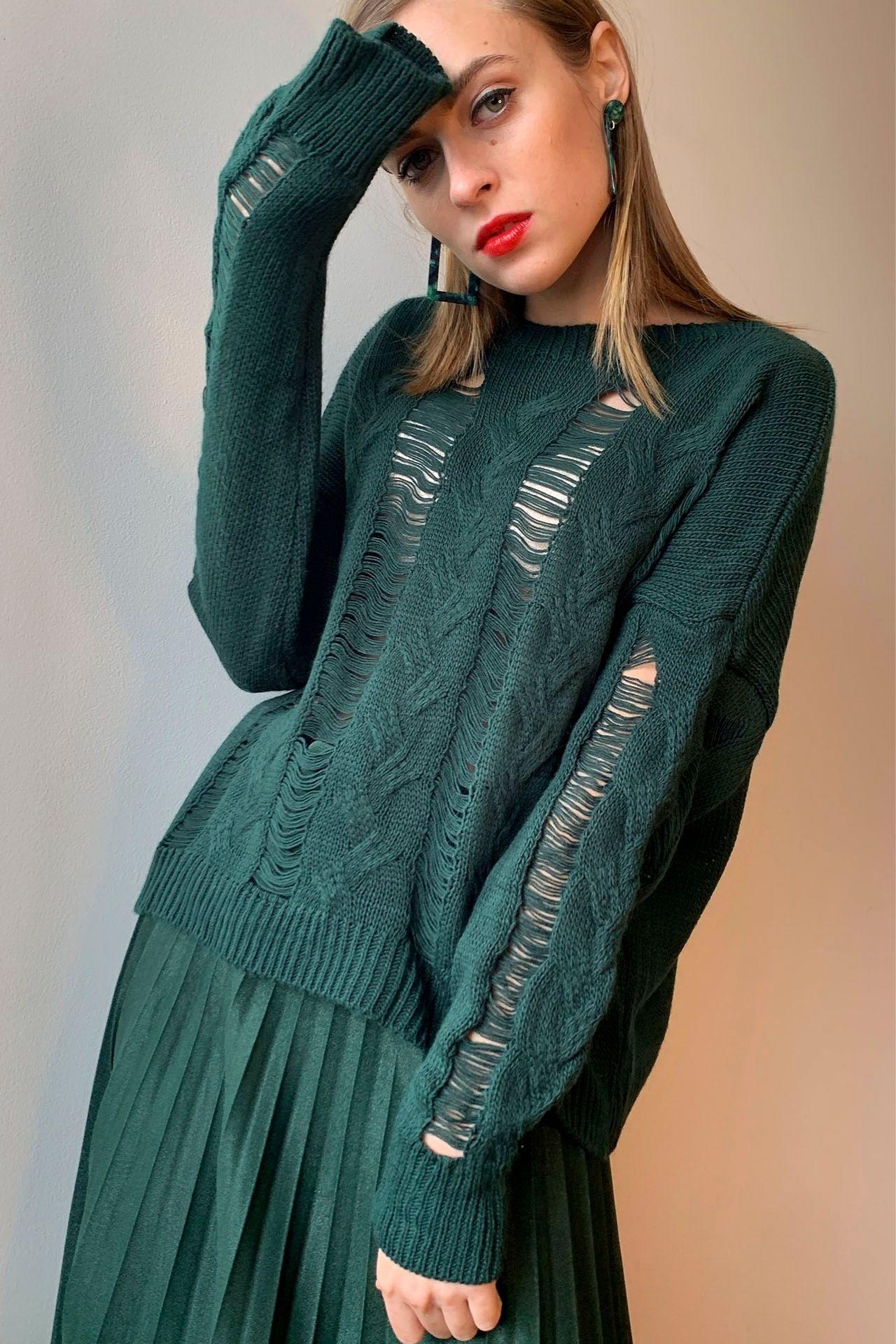 Sweater trenzado con tejido semi rasgado.            Made in Italy  Material & cuidado 86% Acrílico 10% Poliester 5% Lana Lavar en agua fría a mano.  Medidas:  Cintura: 54 cm  Largo: 52 cm