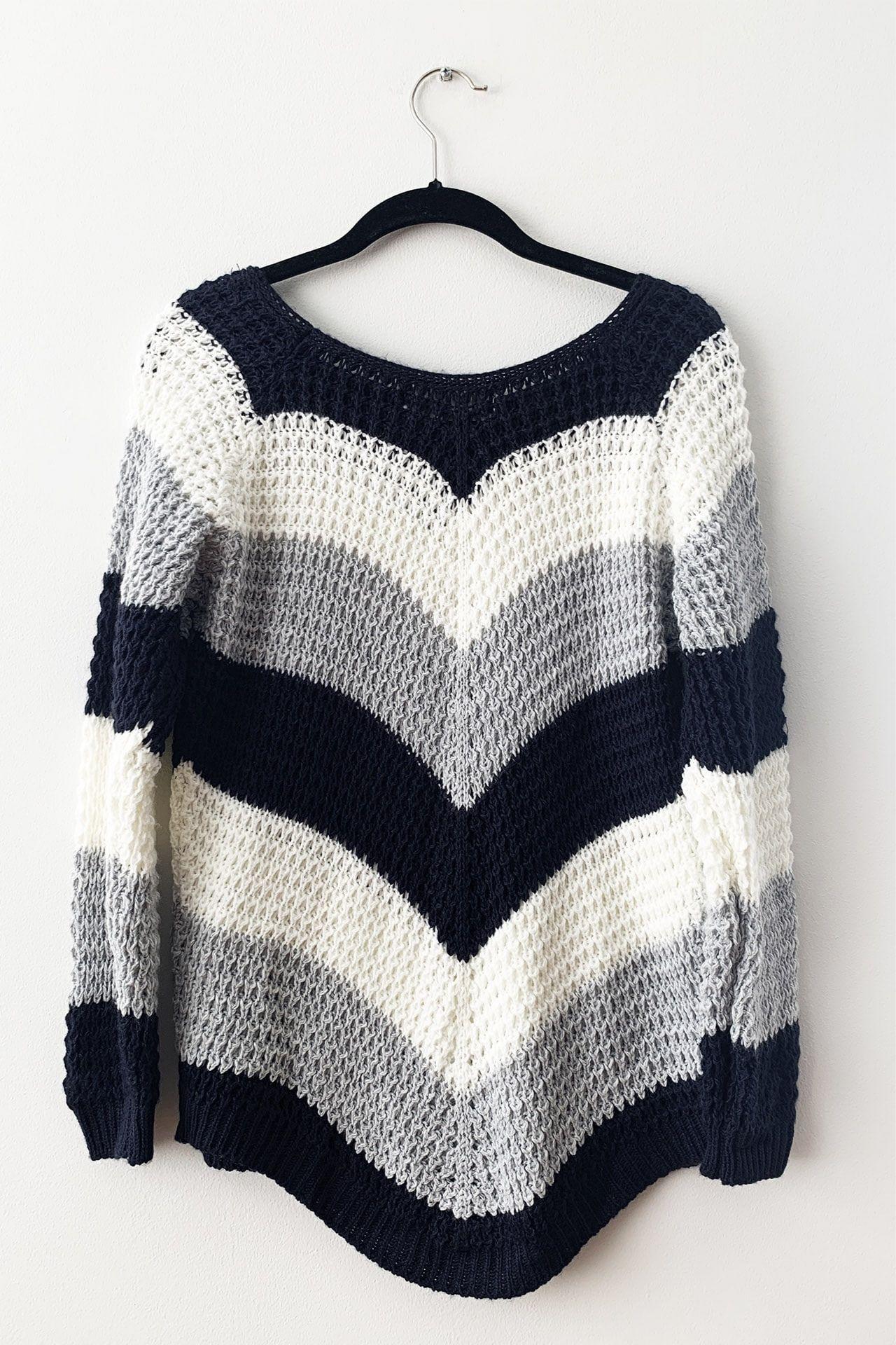 Sweater tejido semi calado cuello ojal.                 Corte cropped Made in Italy                                              Material & cuidado 95% Acrílico 5% Poliester Lavar en agua tibia a mano  Medidas:  Cintura: 46 cm  Largo: 62 cm