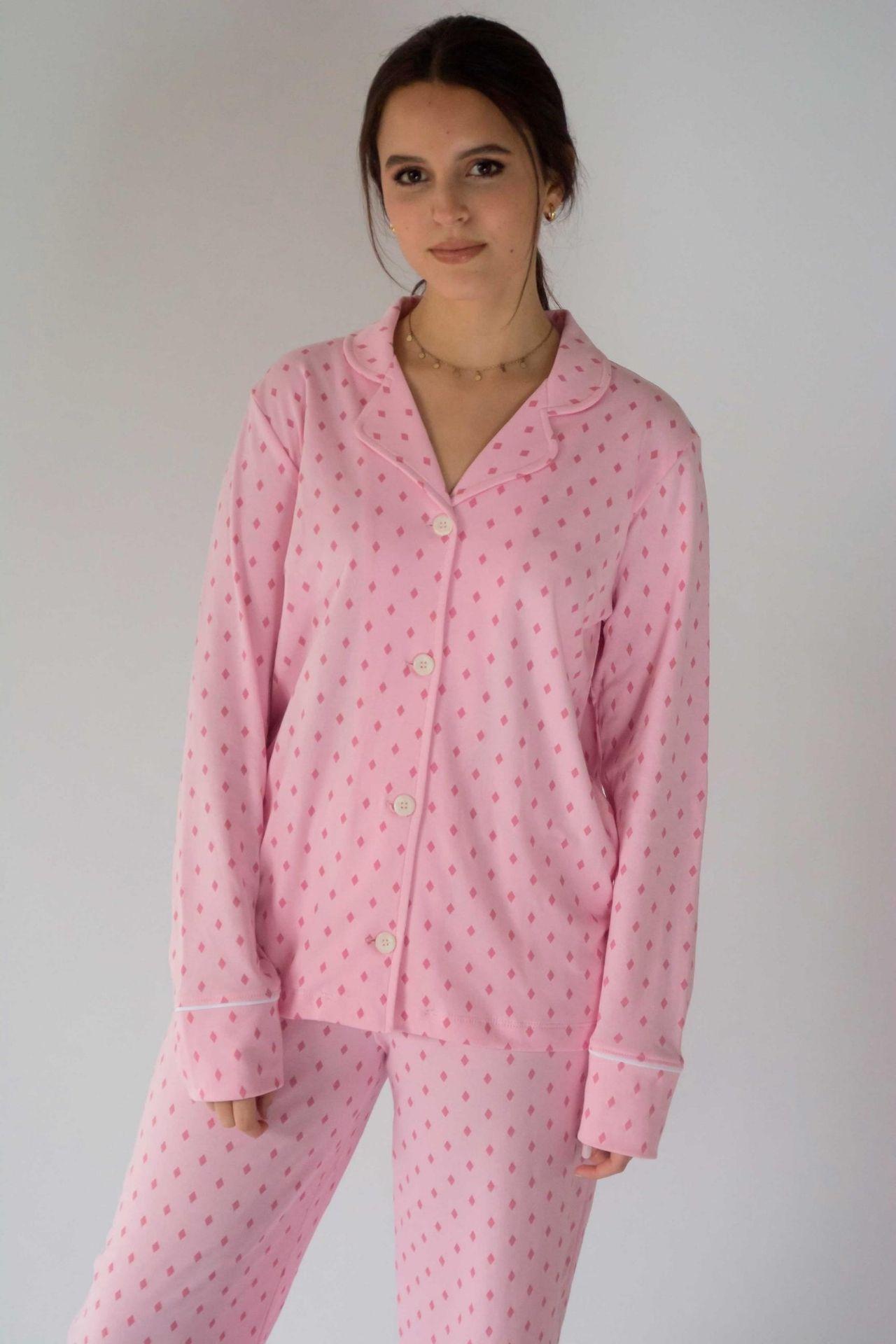 Pijama de algodón pima 100%, con estampado dibujado a mano por artesanos peruanos. Descubre una nueva experiencia al dormir con el pijama Isabella. Cuidados: no usar secadora, lavar con agua fria.  MEDIDAS PIJAMA ISABELLA   Talla S  PARTE ARRIBA  Largo: 60 cm Ancho: 92 cm Mangas: 60 cm  PANTALÓN  Cintura: 60 cm da hasta 90 cm con elástico Largo: 102 cm  Talla M  PARTE ARRIBA  Largo: 63 cm Ancho: 96cm Mangas: 62cm  PANTALÓN  Cintura: 64 cm da hasta 96 cm con elástico Largo: 104 cm