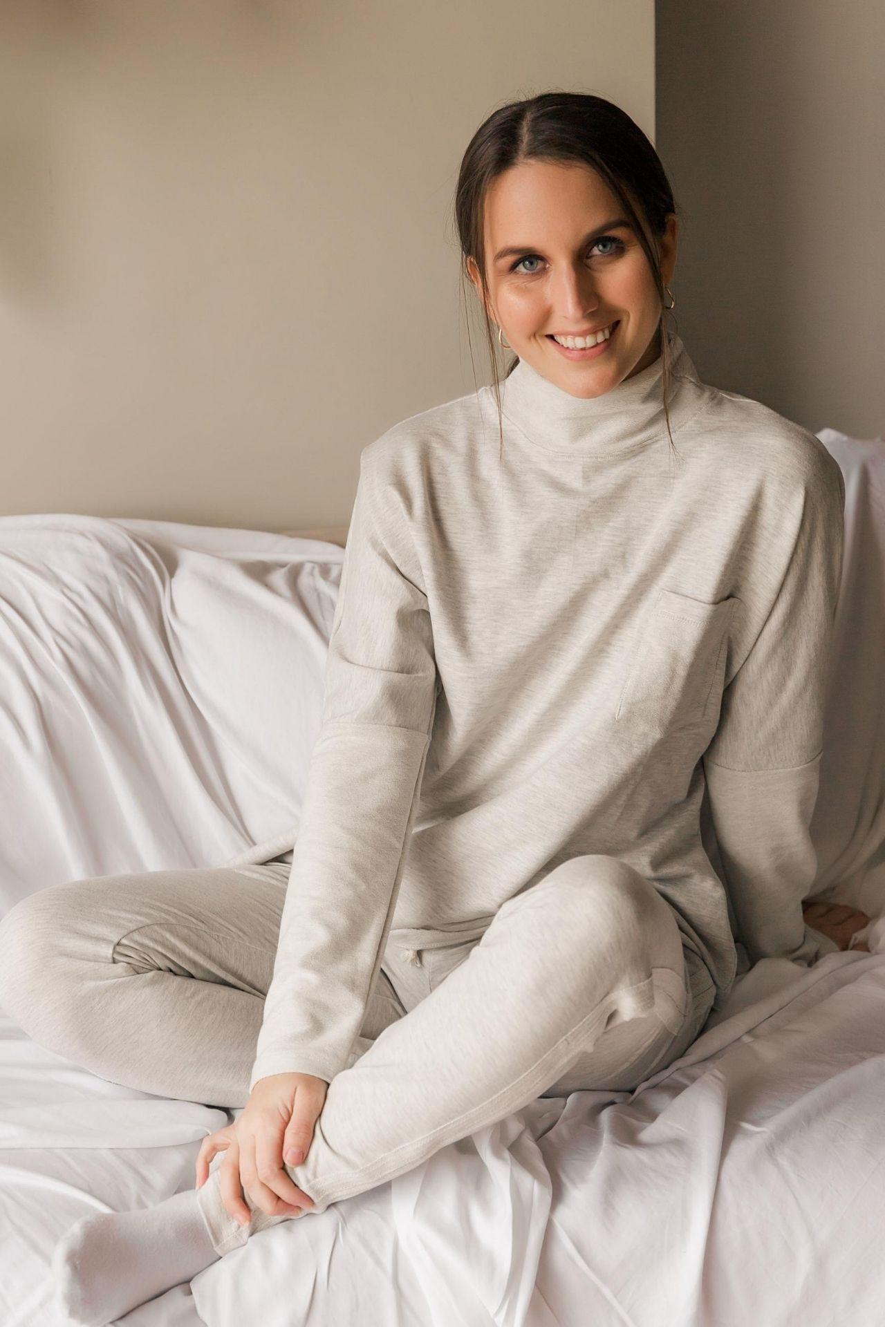 Incluye la polera y el jogger.  Material: French Terry, 96% algodón y 4% spandex  Talla Standard: le queda a una talla S, M o L.  El gris es un gris melange, muy clarito.