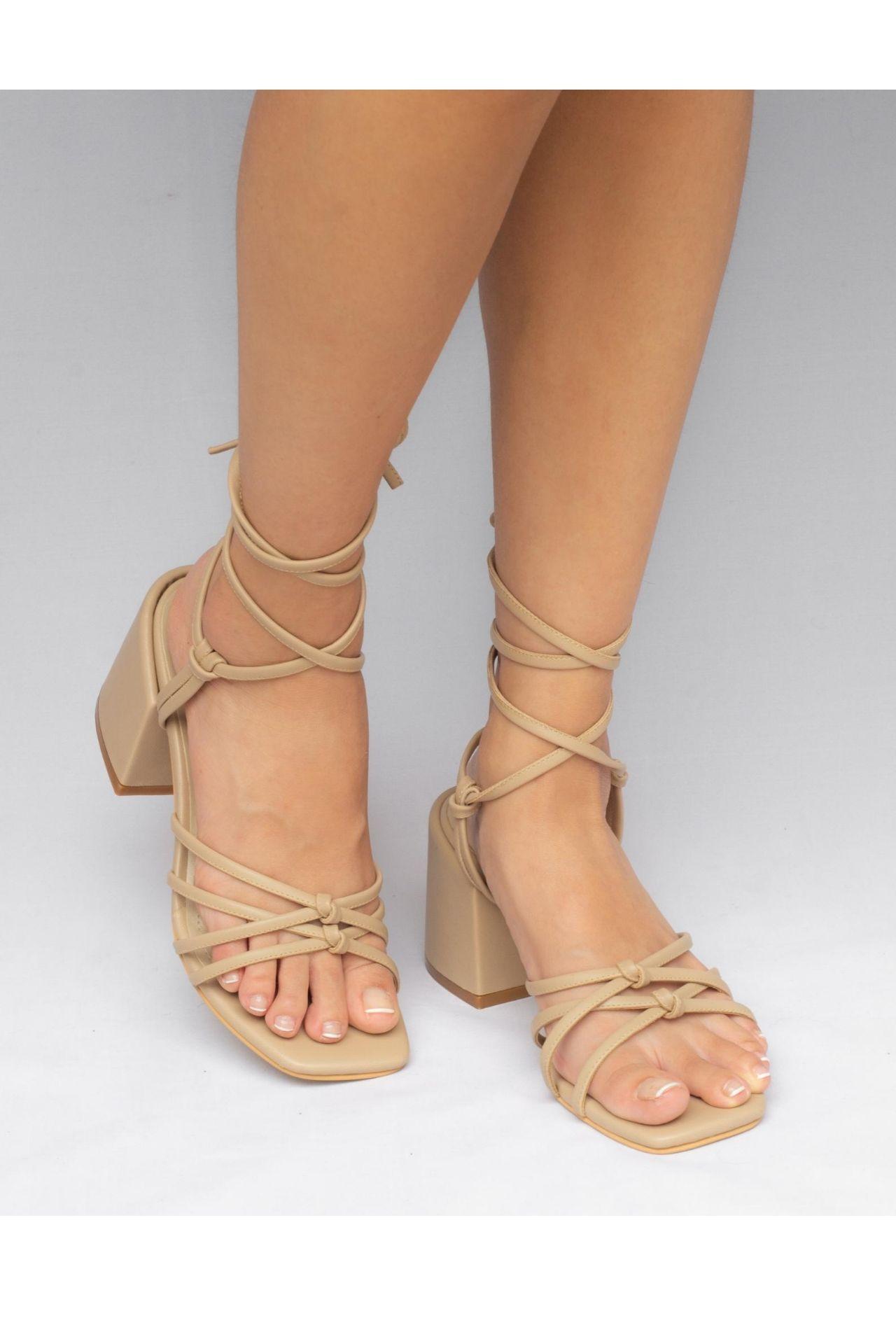 Nuestras naked sandals son una pieza extremadamente versátil, las puedes combinar con absolutamente todo. Capellada: Biocuero sintetico ( insumos libres de crueldad animal ) Taco: PU Alto: 7.5cm Plantilla con doble acolchado.