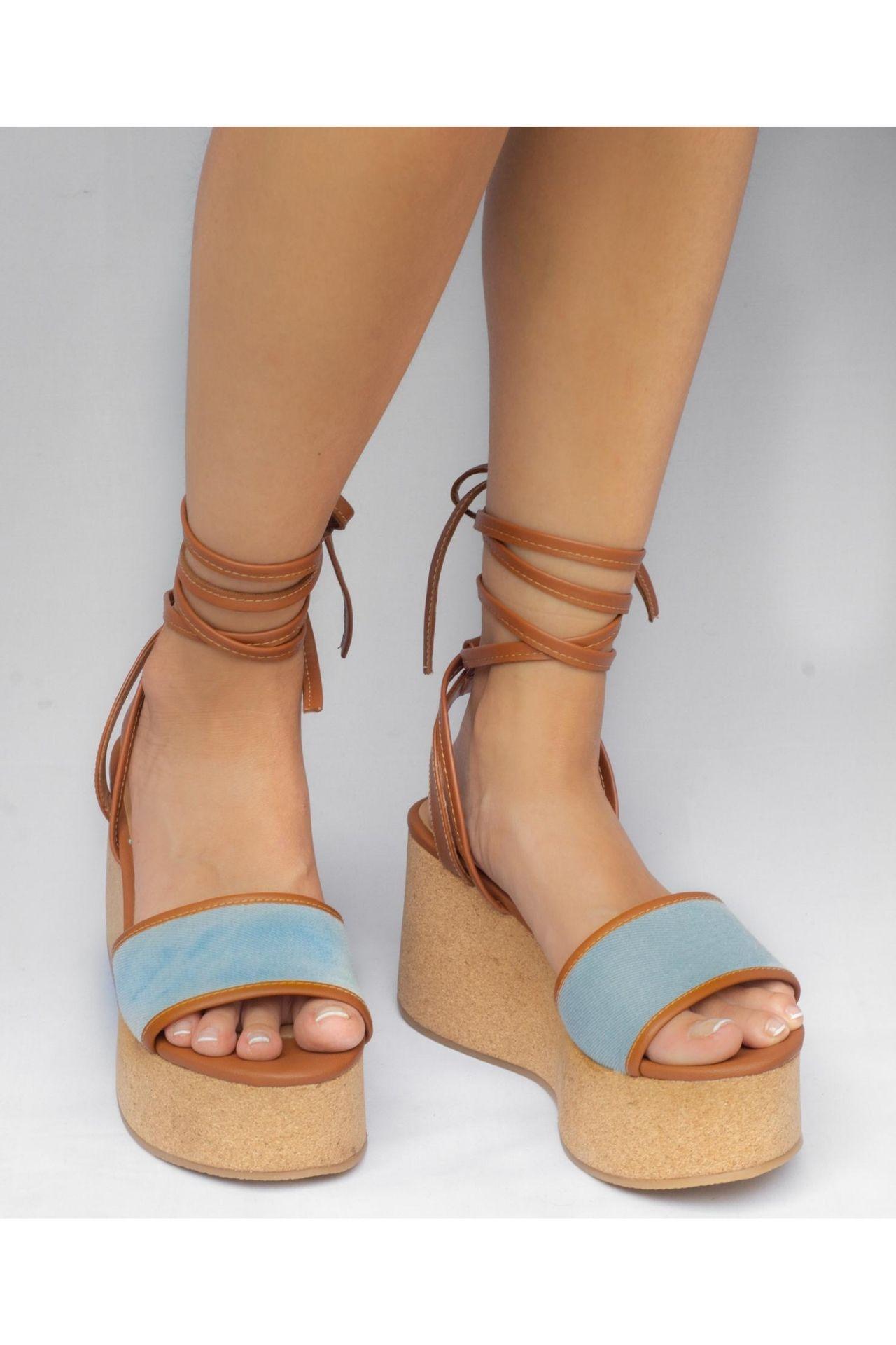 Sandalias con la altura perfecta para estar estilizadas y cómodas. #Tip: No pesan nada Capellada: Textil (insumos libres de crueldad animal) Planta: PU forrado en textil Alto: 8cm