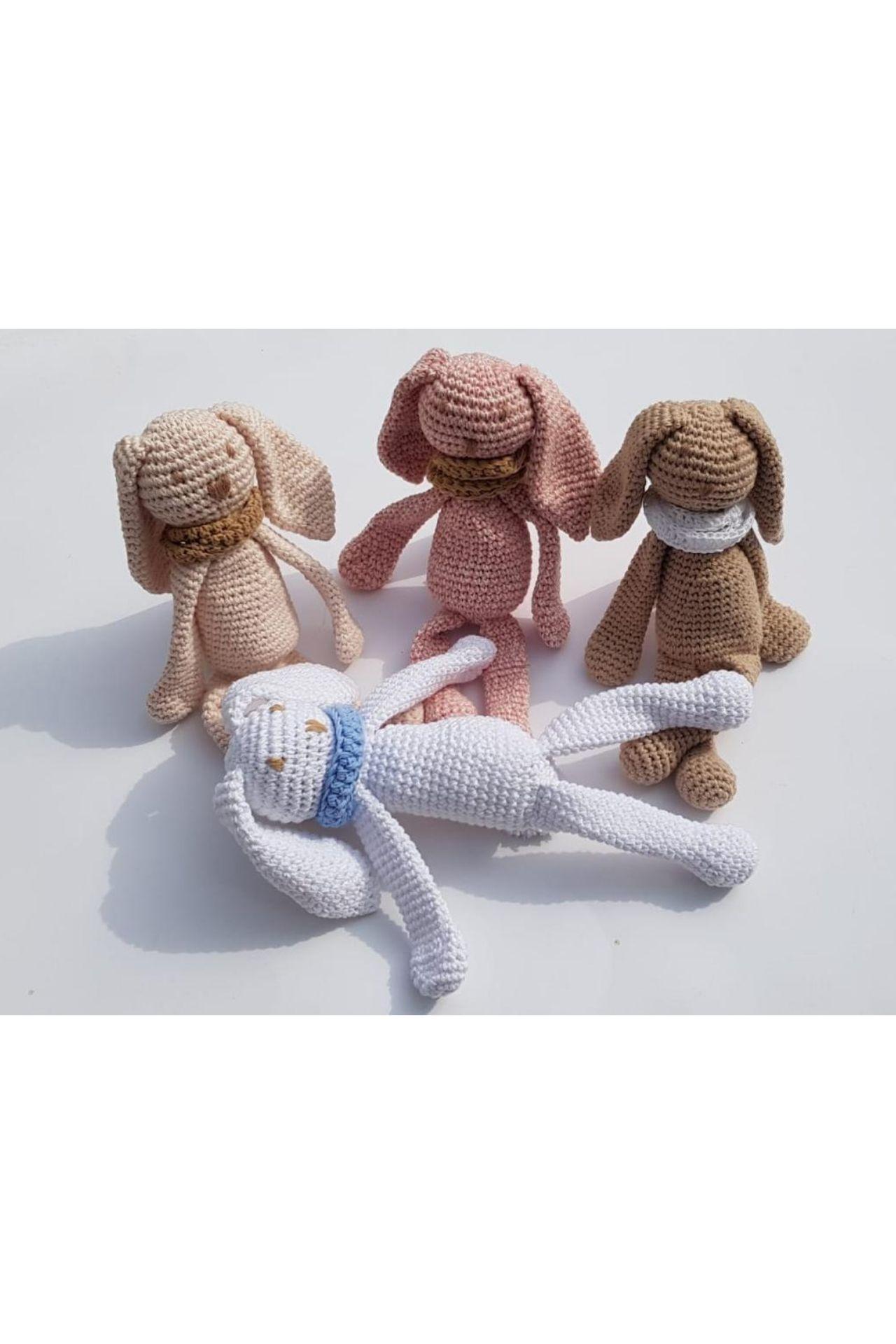 Conejitos de peluche de algodón.  Por adentro tienen relleno sintético es asi como los peluches.