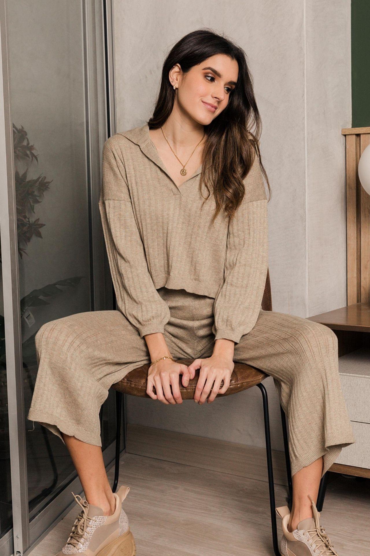 Conjunto tejido a base de algodón Tanguis Pet.  Incluye el sweater y el culotte.  Es muy cómodo y abrigador. El sweater es suelto, y el pantalón va a la cintura.  Tiene una pretina en la cintura que permite que el pantalón se estire.  Talla standard: como una talla S a M.  Medidas:  Sweater:  Largo del cuello a la parte de abajo: 47 cms  Largo de la espalda: 49 cms  Largo de la manga: 54cms  Ancho: 118 cms  Pantalón:  Cintura: 66 cms estira hasta 88 cms  Largo: 88 cms