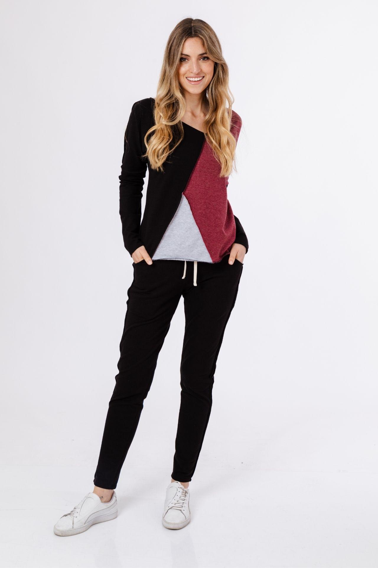 Sweter tricolor, suelto, altura cadera, cuello medio en v hacia un costado, pantalón con bolsillos y dos rayas al costado, muy ligero.  Medidas:  Polera:  Busto: 96cm  Cintura: 90cm  Largo cuello-abajo: 58cm  Manga: 67cm  Pantalón:  Cintura: 90 cm  Cadera: 94cm  Ancho pierna: 48cm  Largo: 97 cm