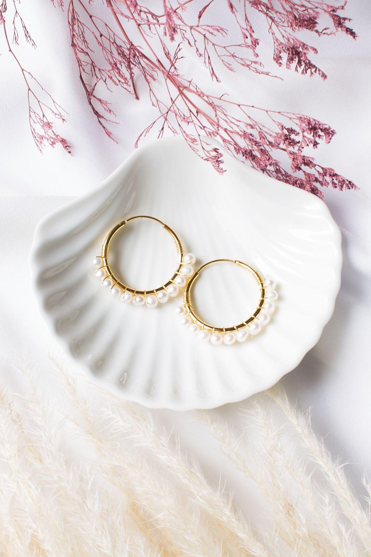 Descripción: Argollas con perlas de rio.  Material: Acero  Diametro: 3.5cm