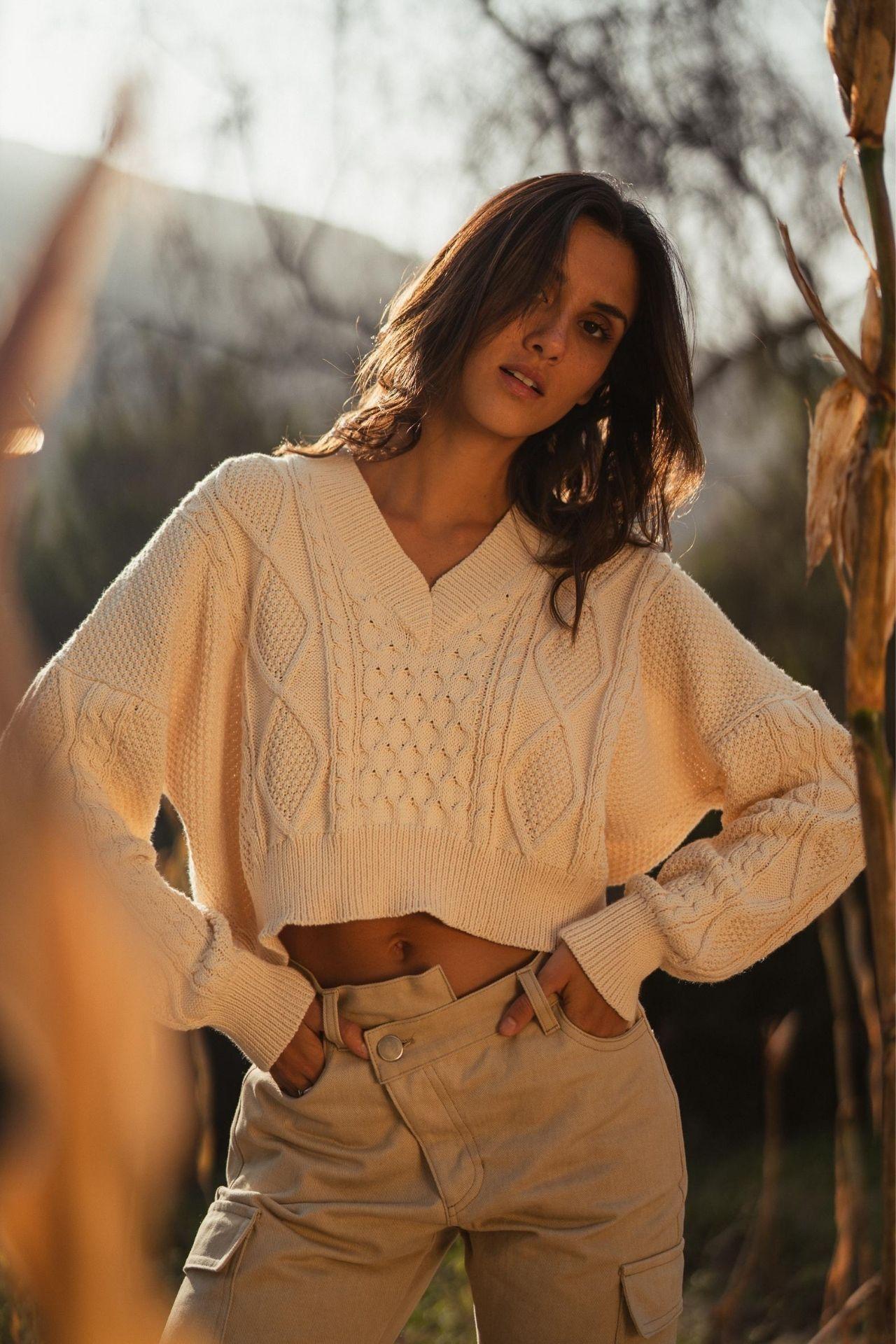 Suéter tejido con trenzas en hilo de algodón 100% tanguis peruano.  Medidas:  Busto: 136 cm  Cintura: 124 cm  Largo: 47 cm  Largo manga (hombro-manga): 71 cm