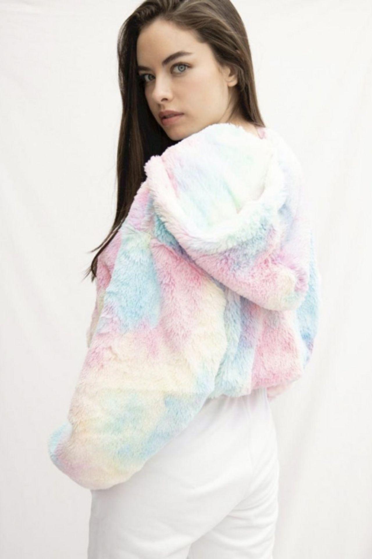 Sweater de felpa con capucha de silueta corta. Con forro de seda  Medidas: XS/SM/ML  Busto Cintura Cadera  86 cm 64 cm 73 cm  90 cm 68 cm77 cm  94 cm 72 cm  81 cm