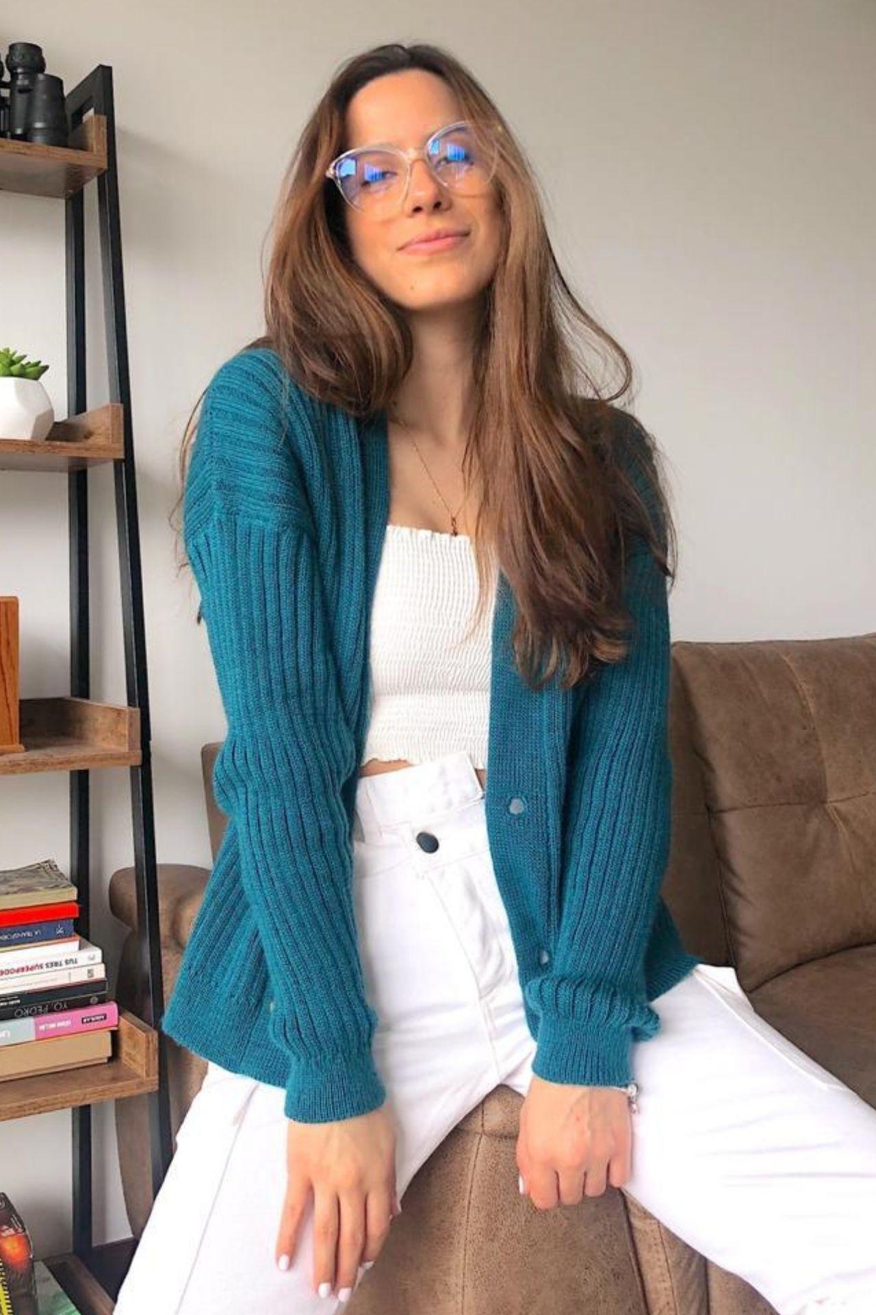 Cardigan tejido en hilo suave.Prendaversátil, práctica yútil. Gran tendencia de la moda que vale la pena tener en nuestro closet. Puedes combinarlos con faldas, jeans o vestidos y son adecuados para cualquier temporada.  Usando una base de colorneutropuedes tener la libertad de elegirel color que quieras de cardigan. Puedes elegir entre Palo Rosa, Beige, Verde Agua, Ladrillo y Turquesa para una súper combinación.  *Guiarse de los colorse de la foto de las mangas.  Medidas:  Busto: 100 cm  Largo: 58 cm