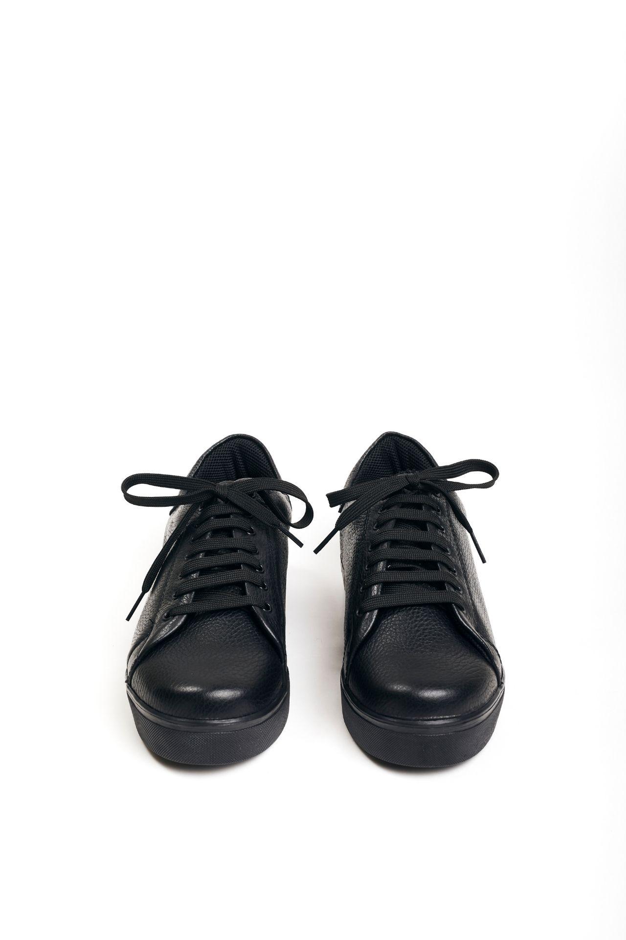 *Entrega en 7 días útiles.  Sneakers de cuero negro  CAPELLADA: CUERO NATURAL / FORRO: TELA